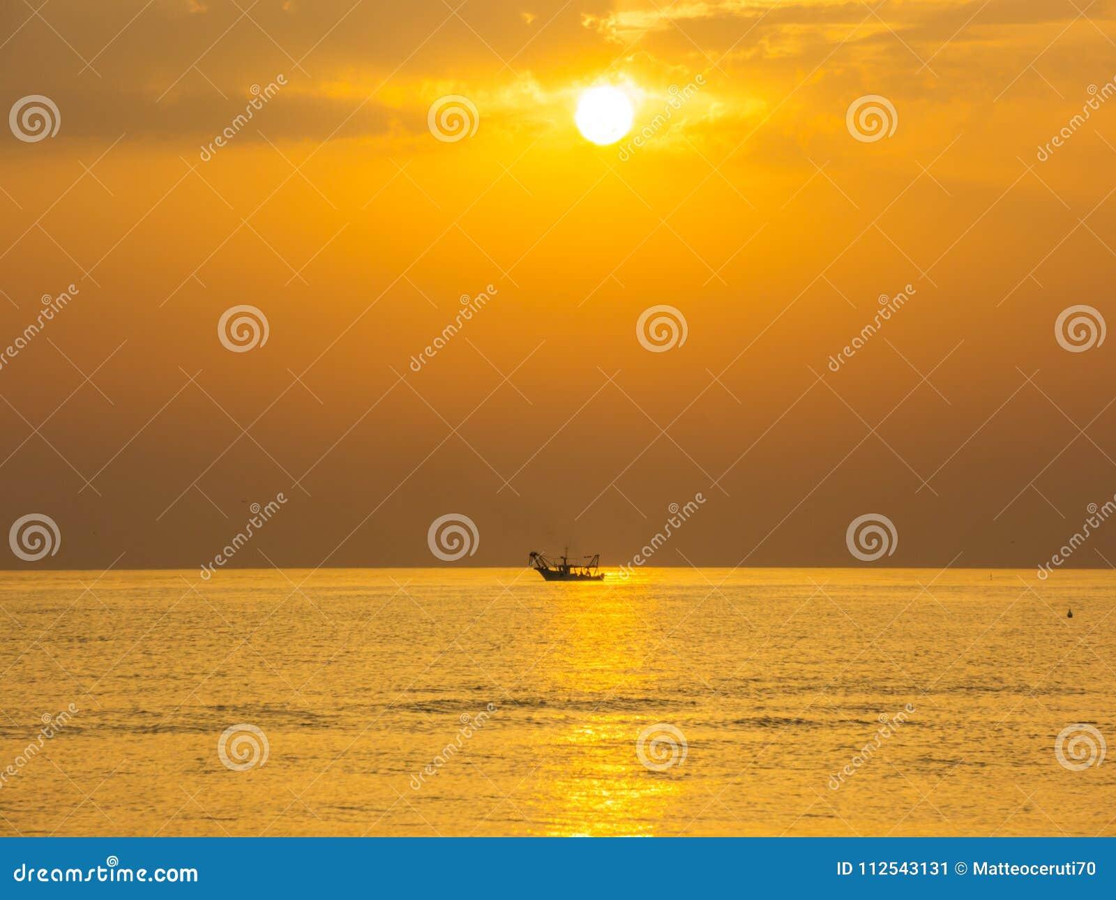 渔船拉扯他们的网在日出 亚得里亚海的费用伊米莉亚罗马甘 意大利