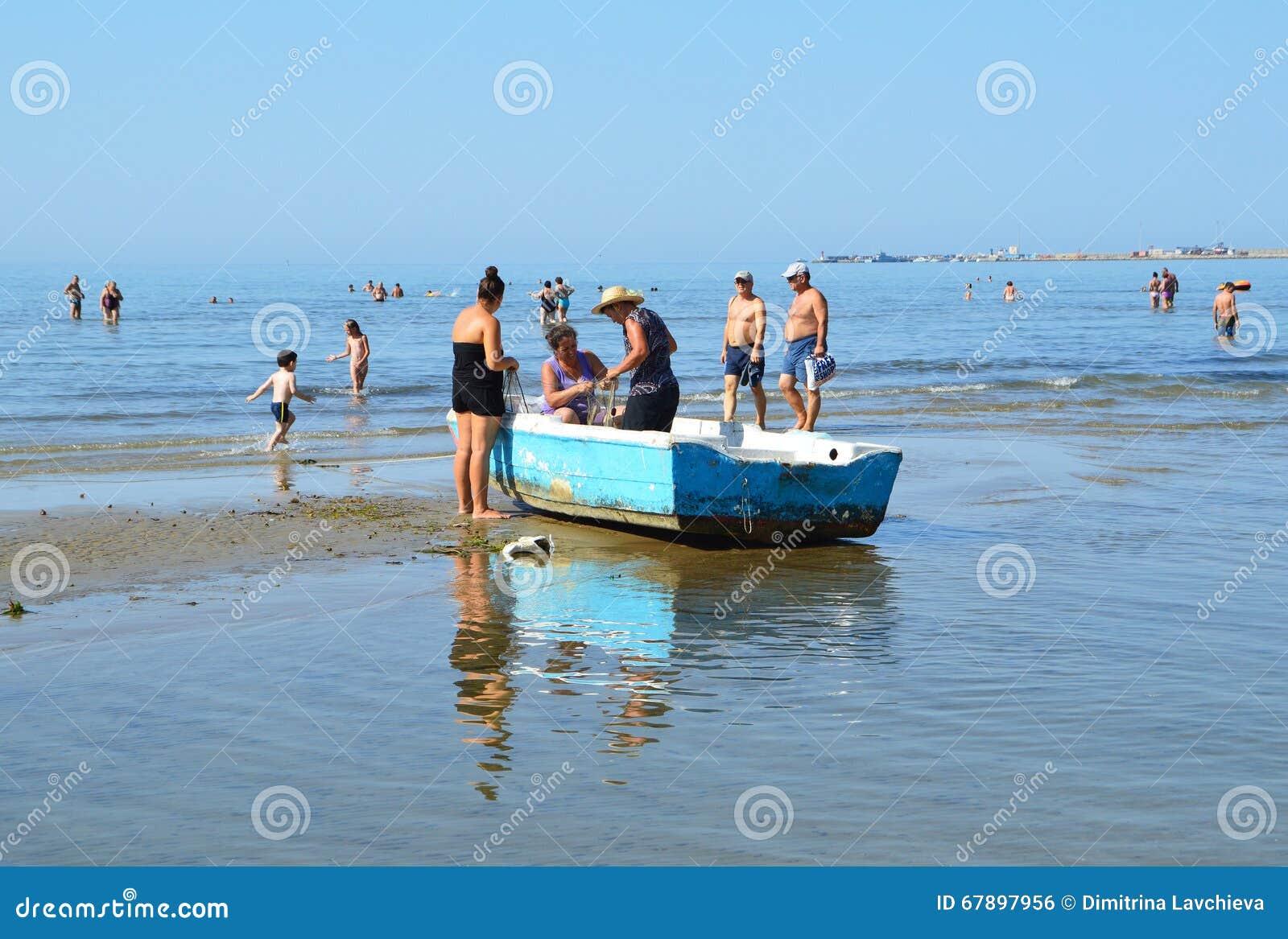 渔船的妇女在海滩都拉斯,阿尔巴尼亚