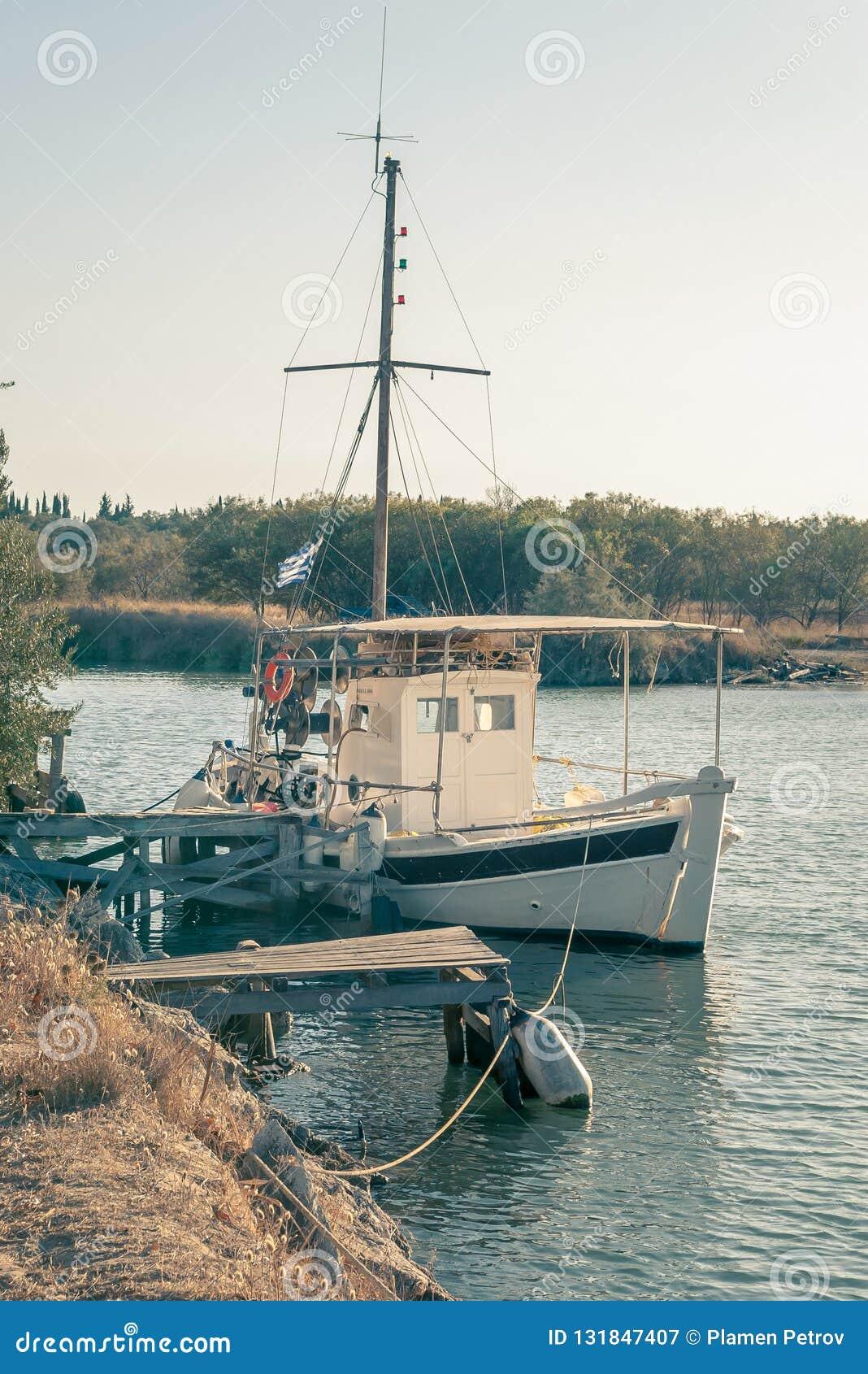 渔船被栓对一个小木码头