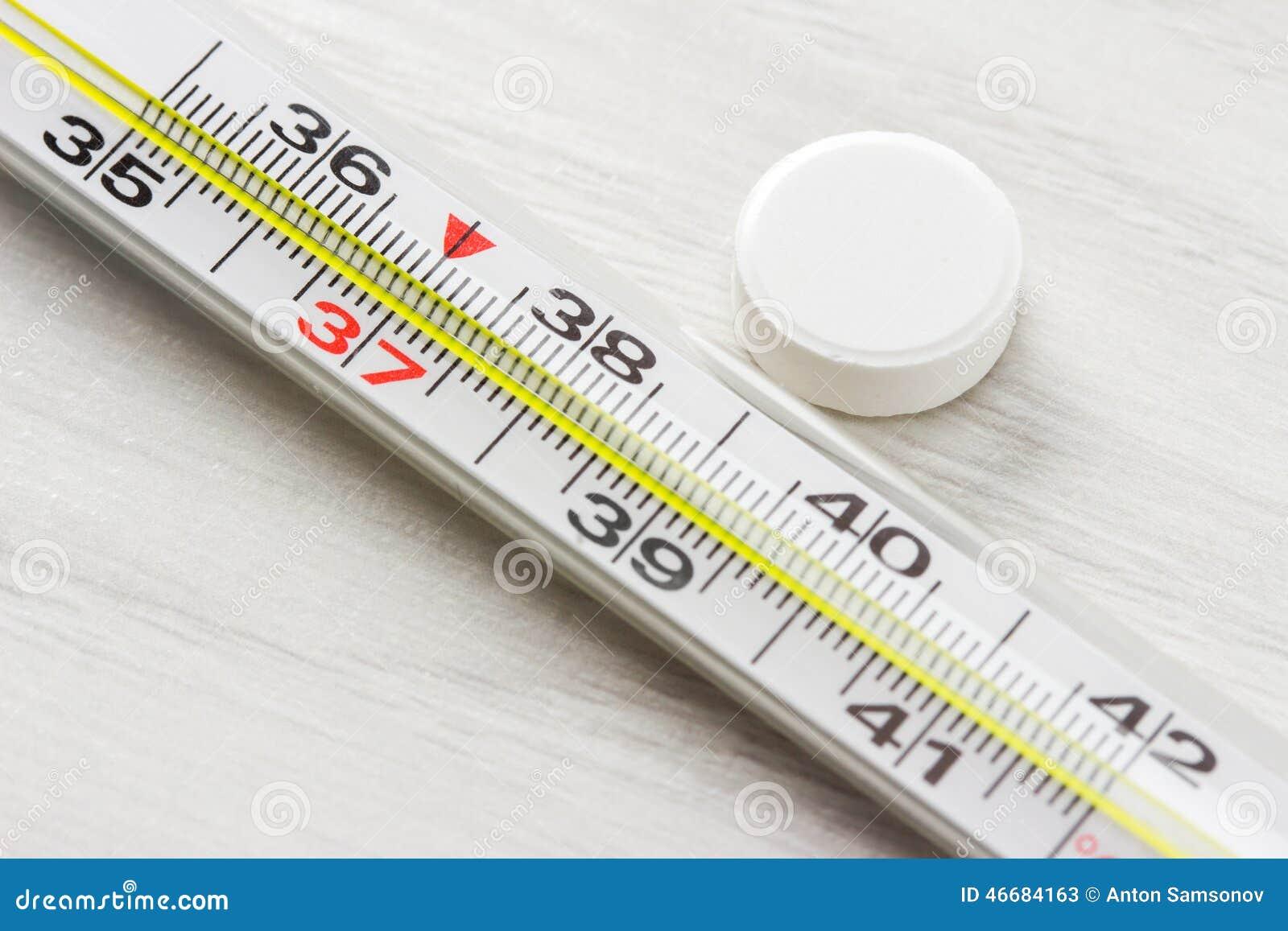人体温度计_测量身体的温度的温度计与药片的.
