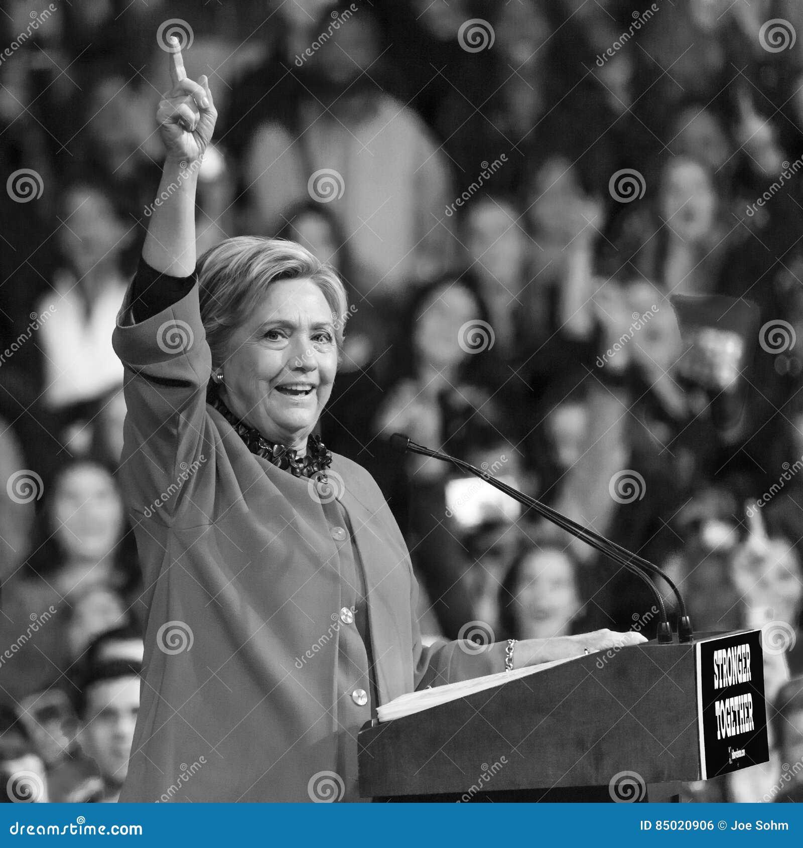 温斯顿萨兰姆, NC - 2016年10月27日:民主党总统候选人希拉里・克林顿和美国第一米歇尔・奥巴马夫人出现a