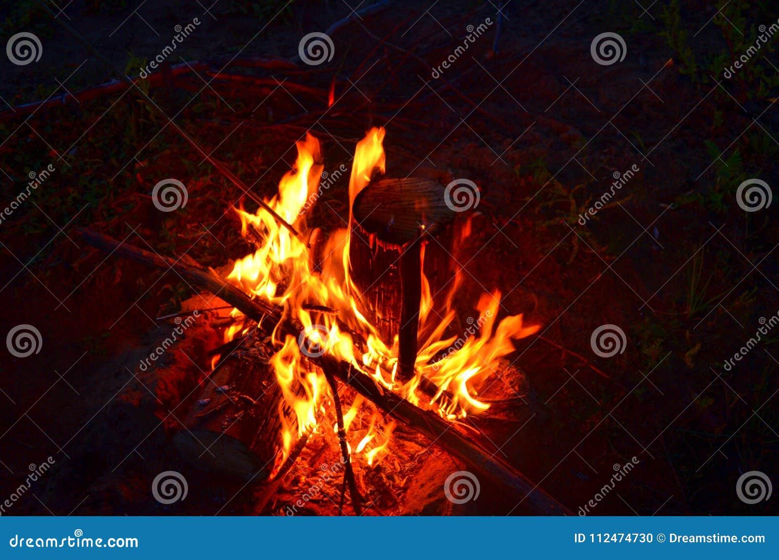 温暖的营火在晚上