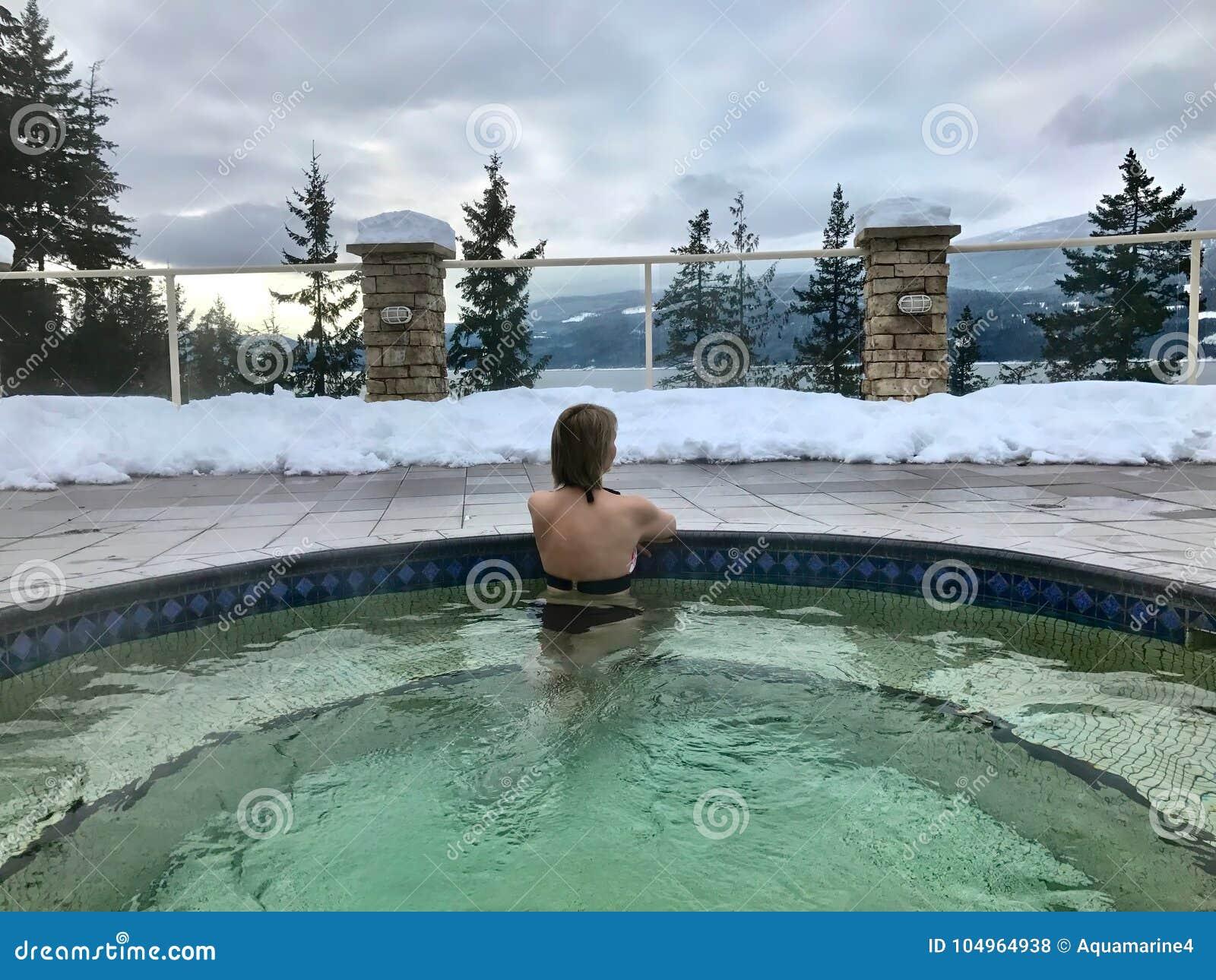 温泉城水池的妇女用热的矿物医治用的水