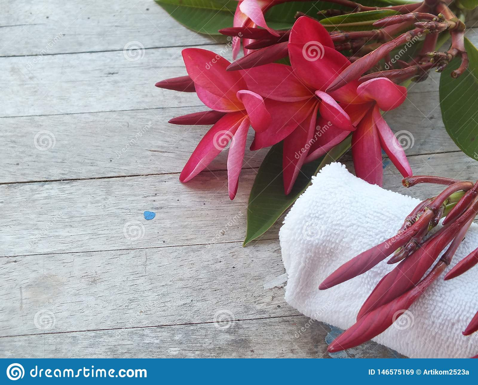 温泉有花和白色毛巾的按摩室