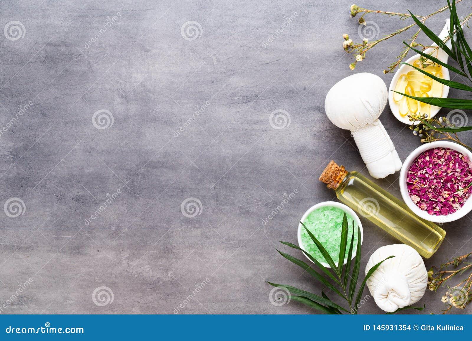 温泉治疗概念、平的被放置的构成与天然化妆品产品和按摩刷子,看法从上面,空格a的