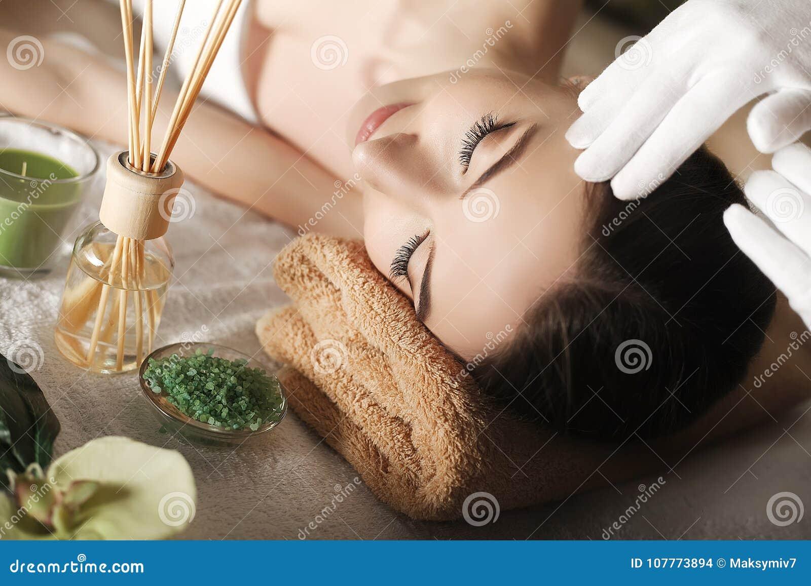 温泉 面孔按摩 温泉皮肤和身体关心 年轻wom特写镜头