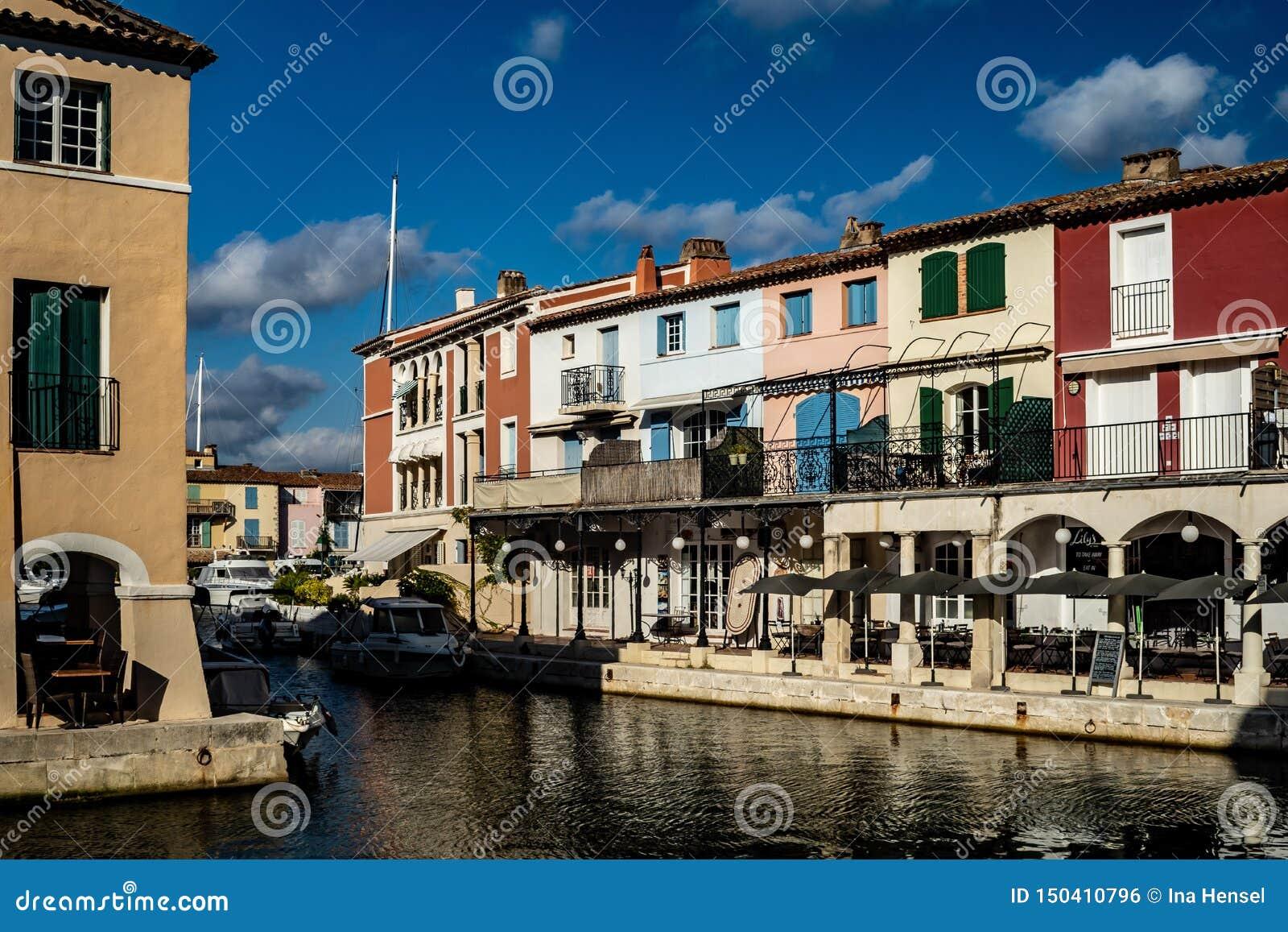 港格里莫村庄运河和小船