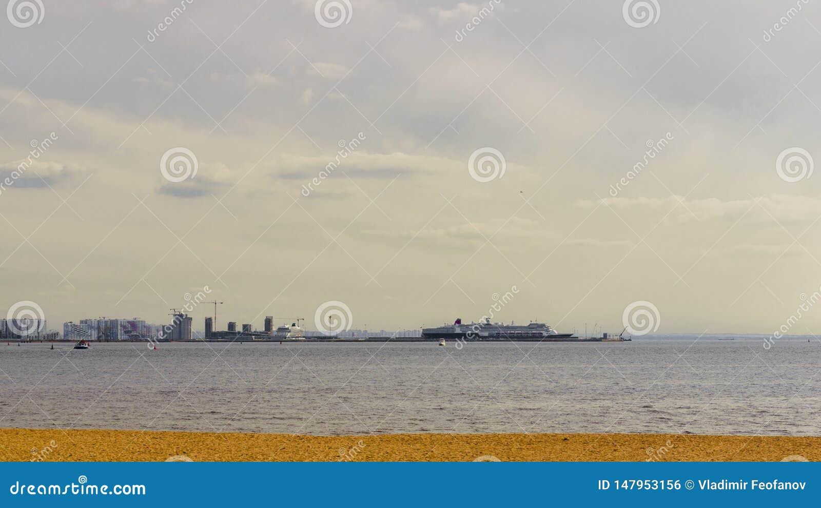 港海湾的看法与巨大的游轮的