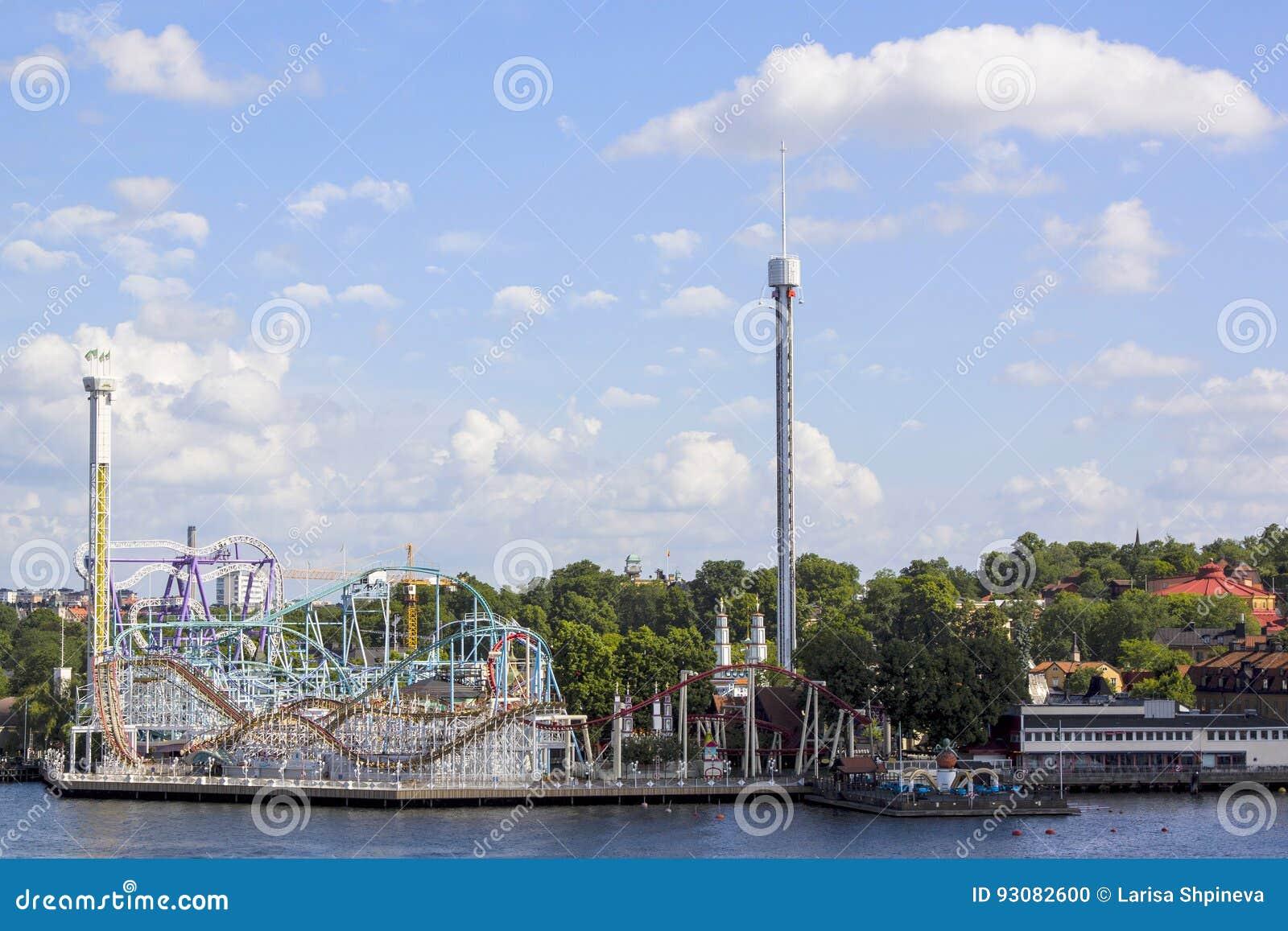 游乐园风景夏天视图有吸引力和乘驾的在Djurgarden海岛上在斯德哥尔摩,瑞典