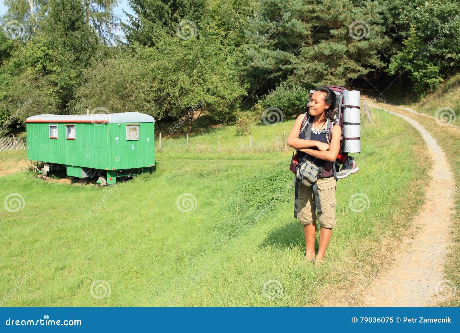 游人乘有蓬卡车