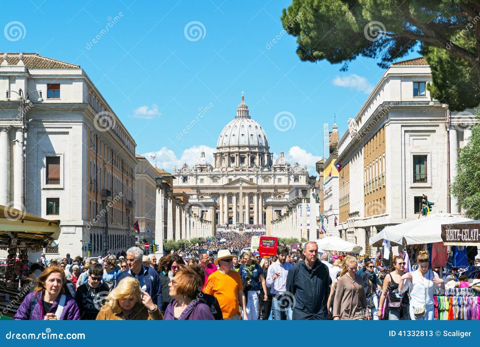 游人人群在圣皮特圣徒・彼得附近大教堂Rom的走