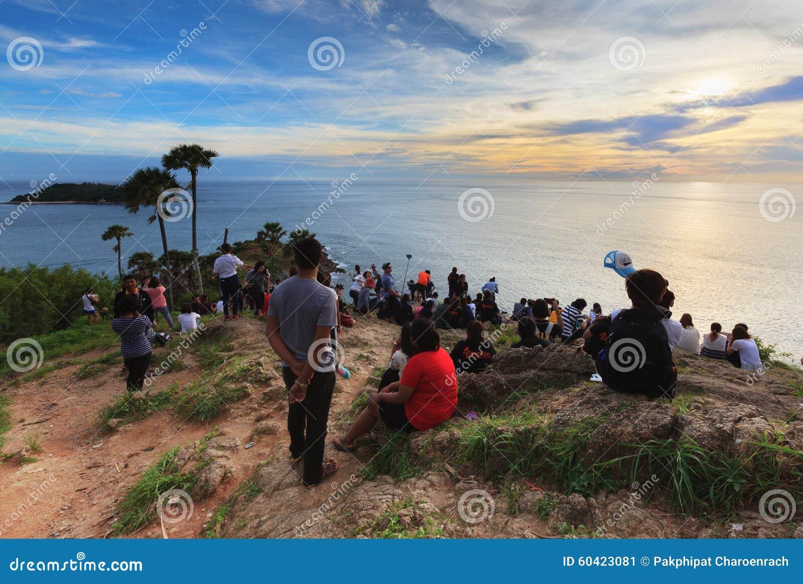 游人人群是在著名海角在普吉岛,泰国