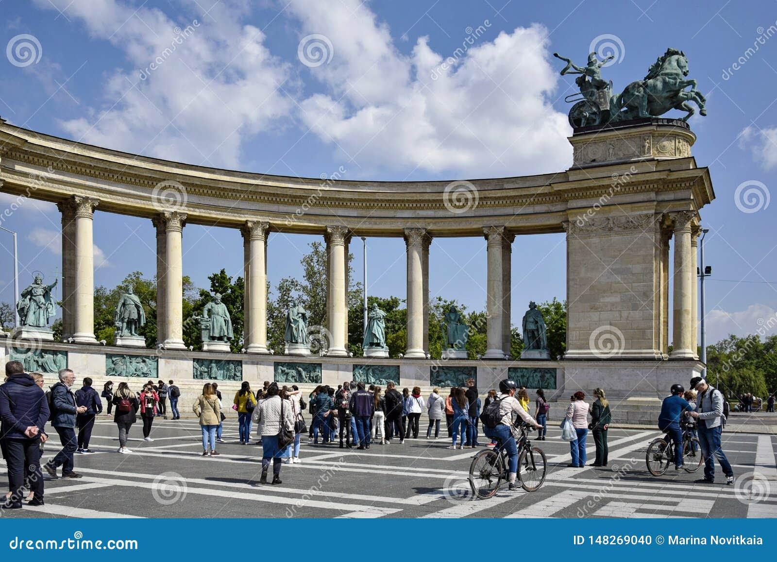 游人参观在著名英雄的千年纪念碑摆正,位于虫