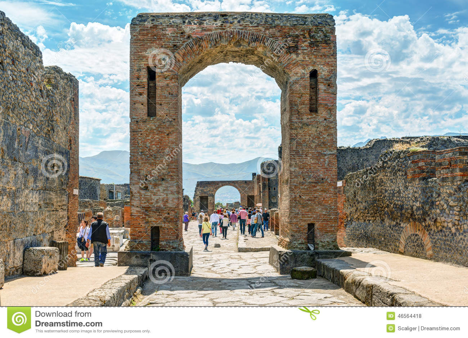 游人参观庞贝城,意大利废墟