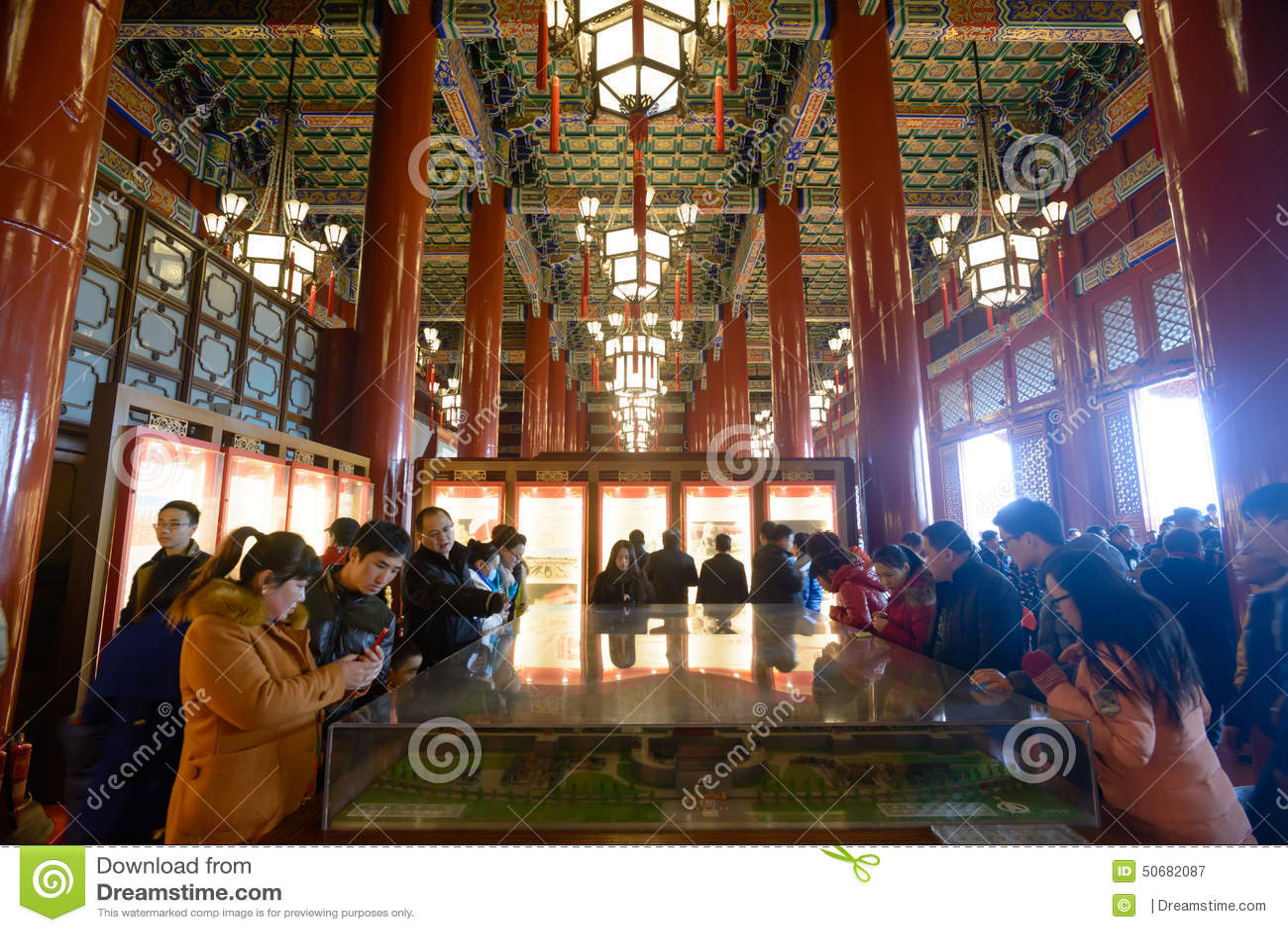 Download 游人参观Tienanmen霍尔 图库摄影片. 图片 包括有 枝形吊灯, 大厅, 宫殿, 聚会所, 节假日 - 50682087