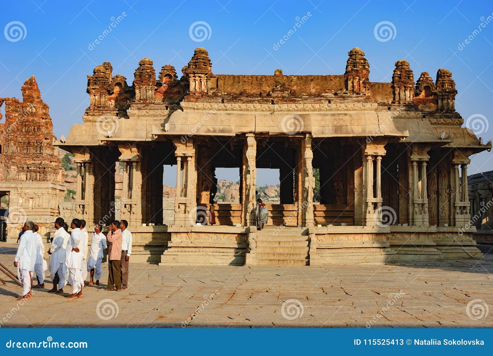 游人参观Vitthala寺庙在亨比,印度