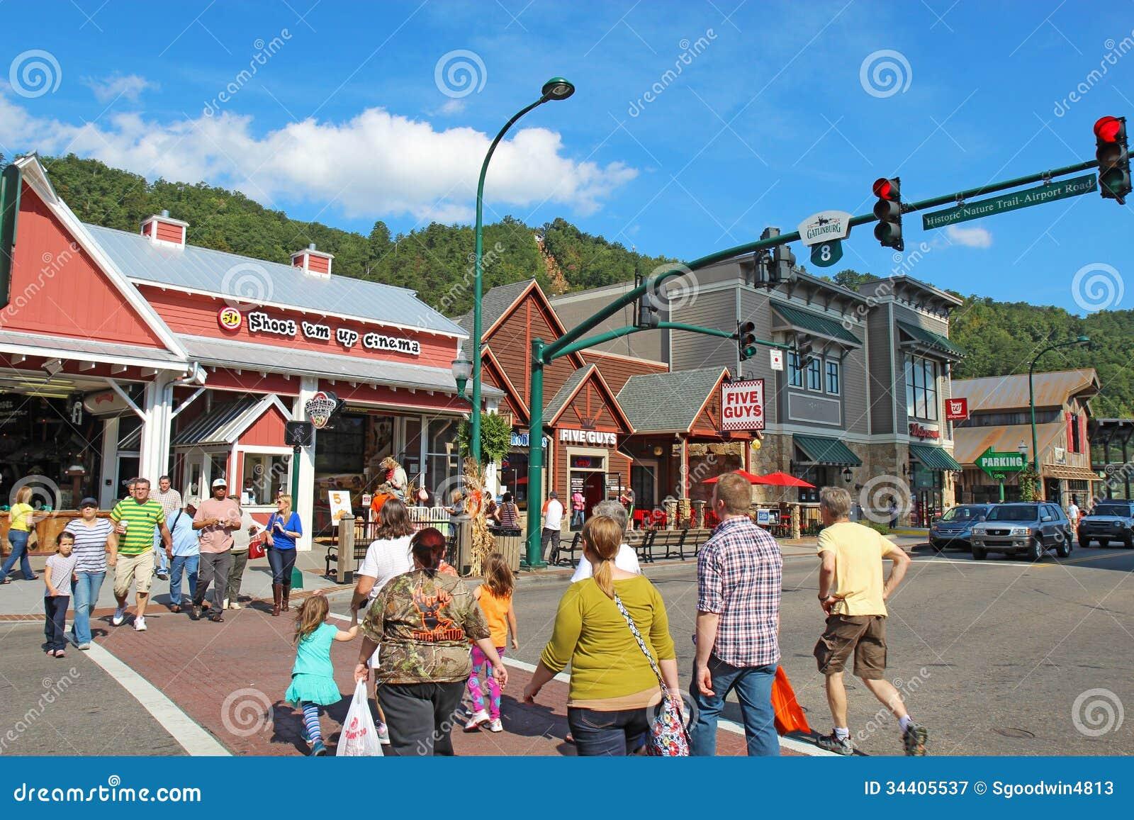 游人和交通在交通信号灯8在主路通过Gat
