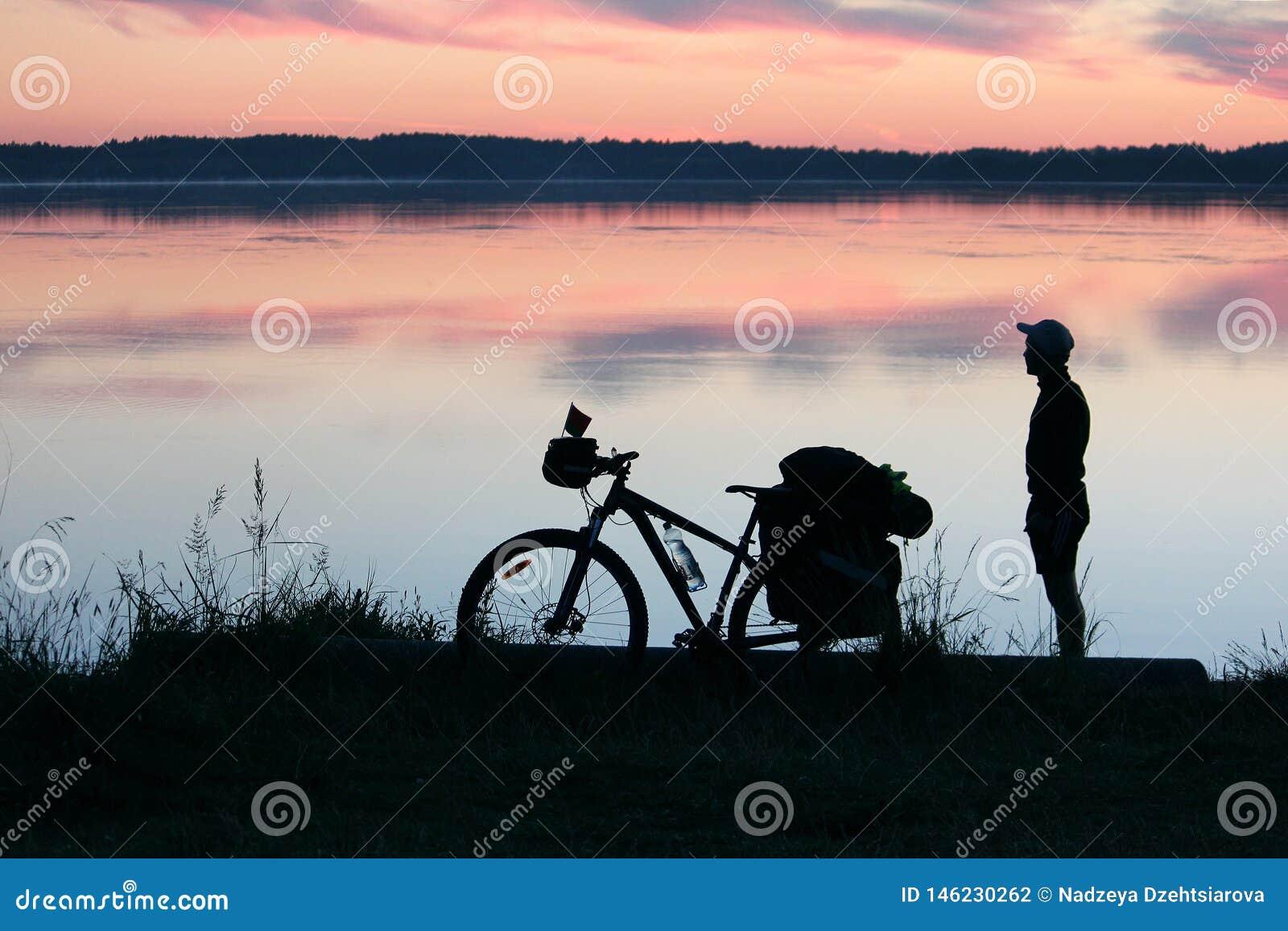 游人和自行车的剪影
