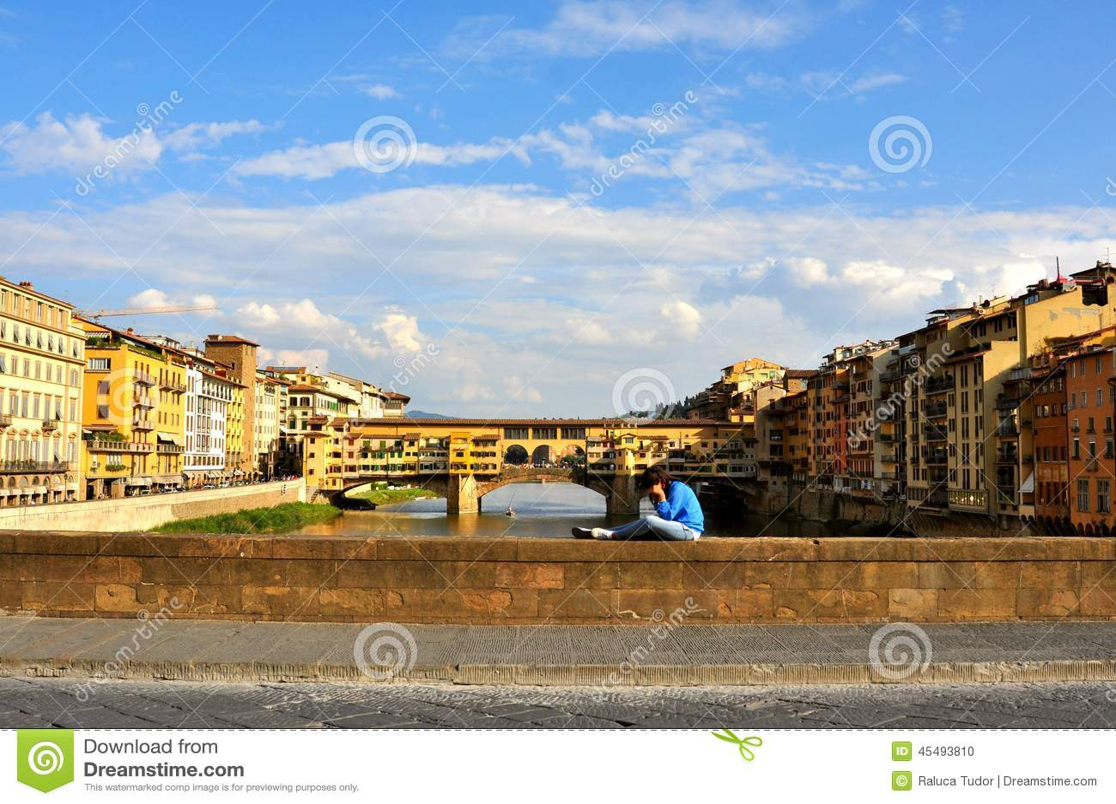 游人在佛罗伦萨,意大利在看在桥梁的一个晴天