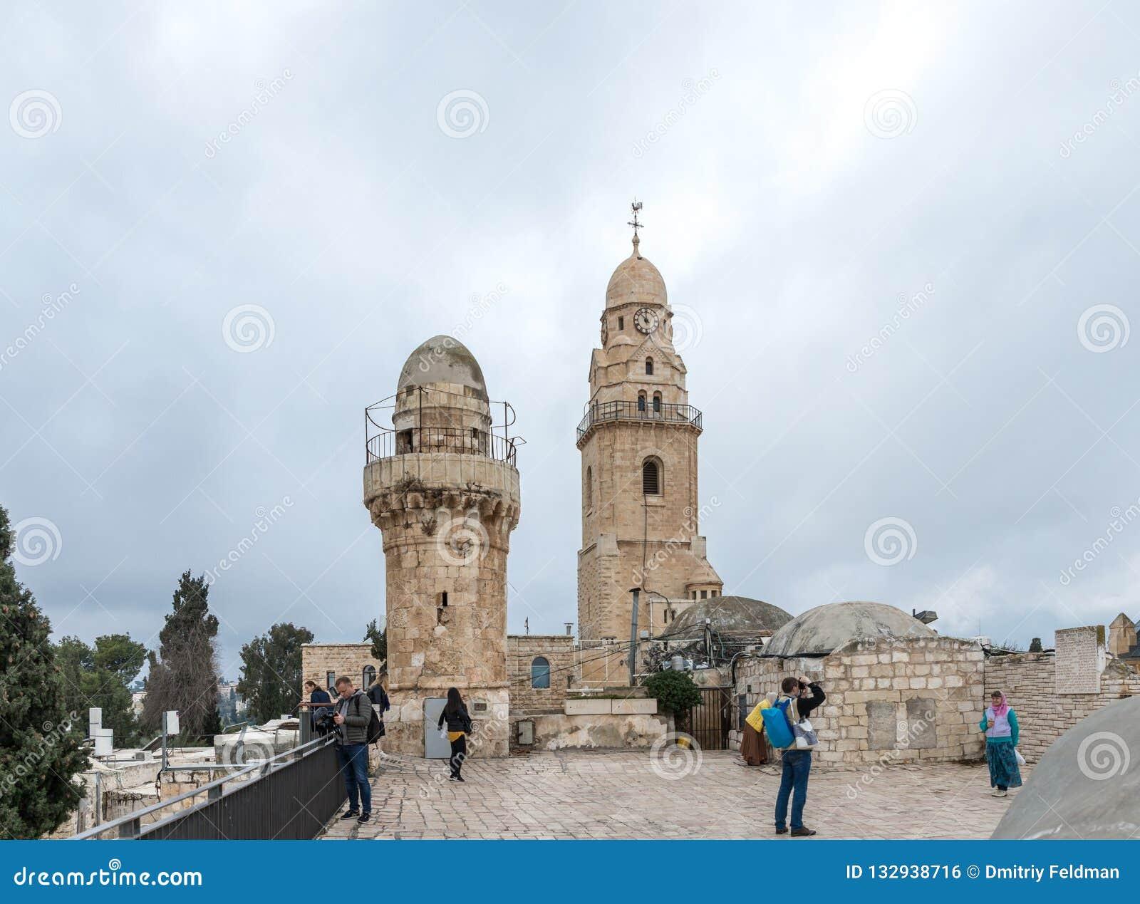 游人在大厦的屋顶走,在耶路撒冷安置大卫国王坟茔并且看视域,以色列老