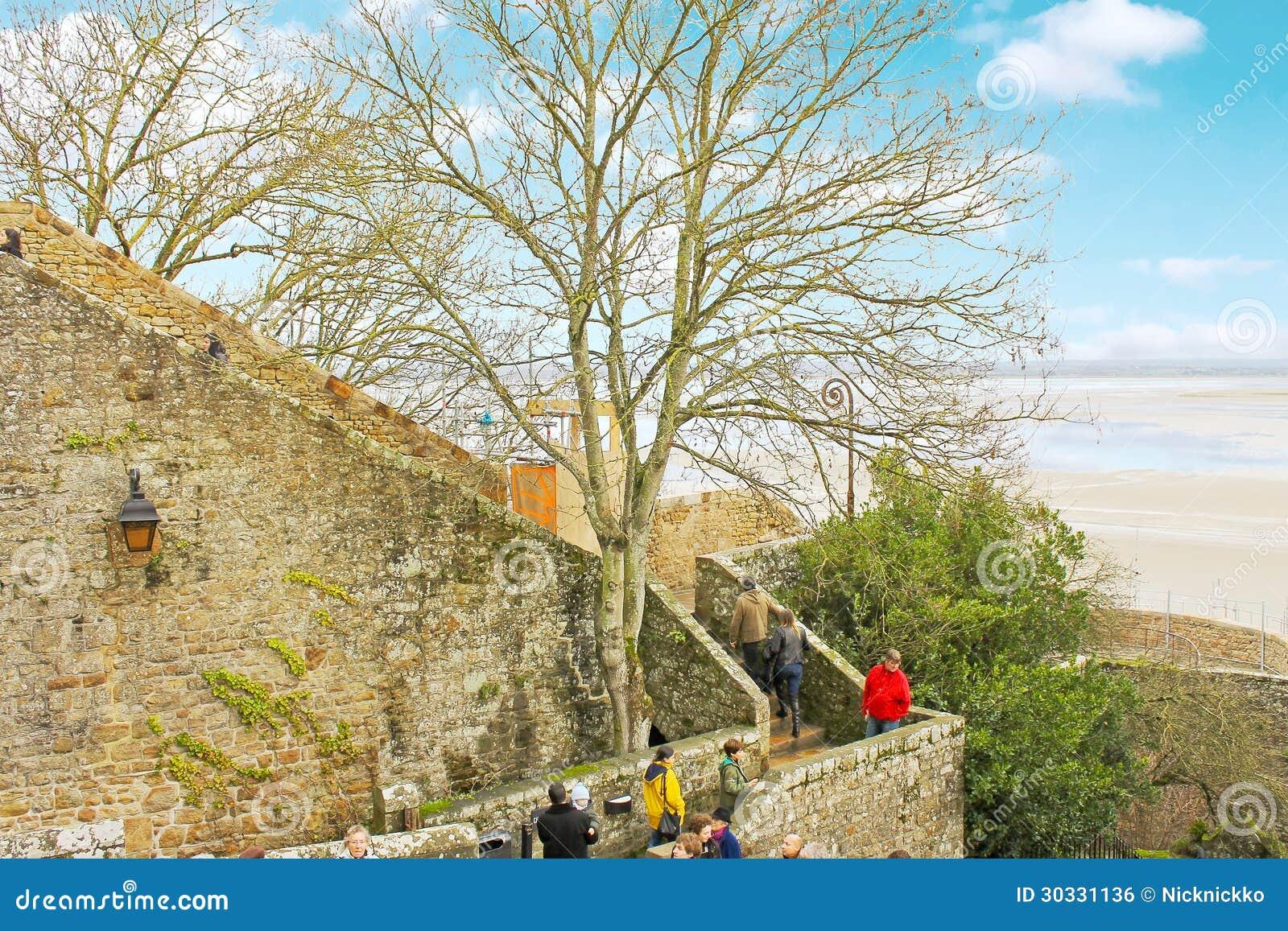 游人在Mont圣徒米谢尔修道院里。