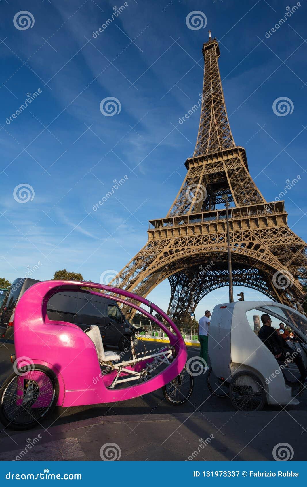 游人的人力车在埃菲尔铁塔附近在巴黎,法国