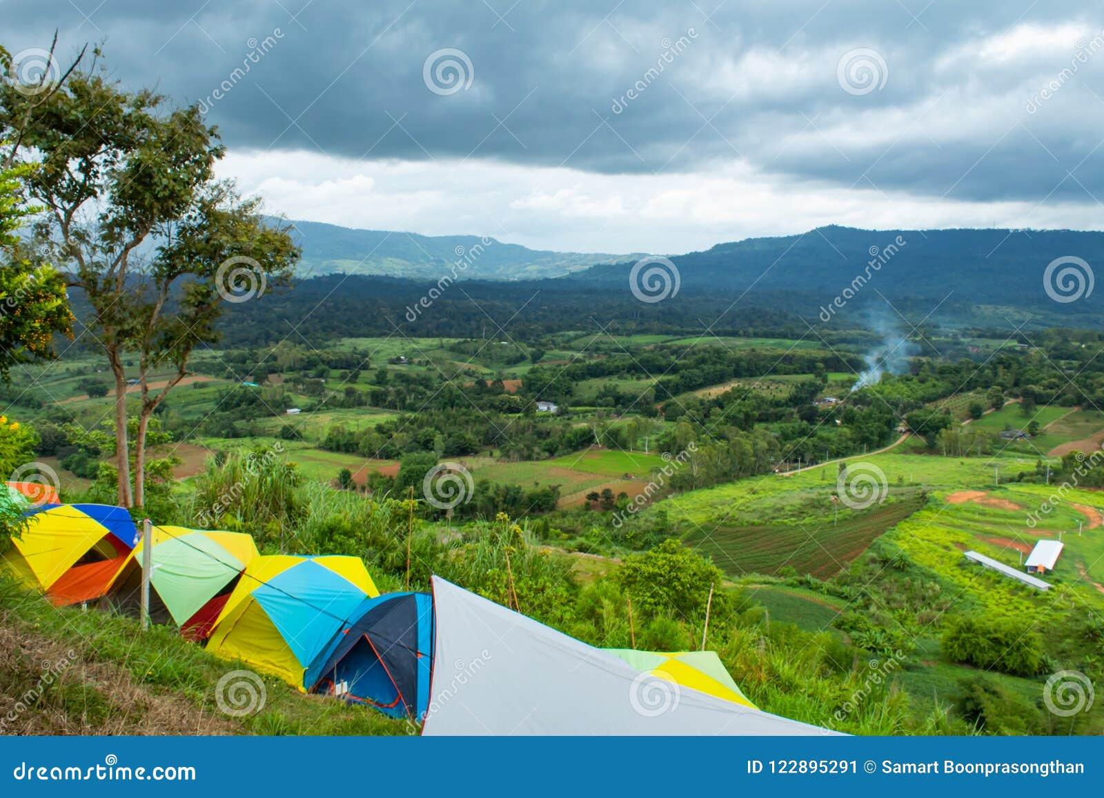 游人的露宿帐篷山的在Khao Takhian Ngo