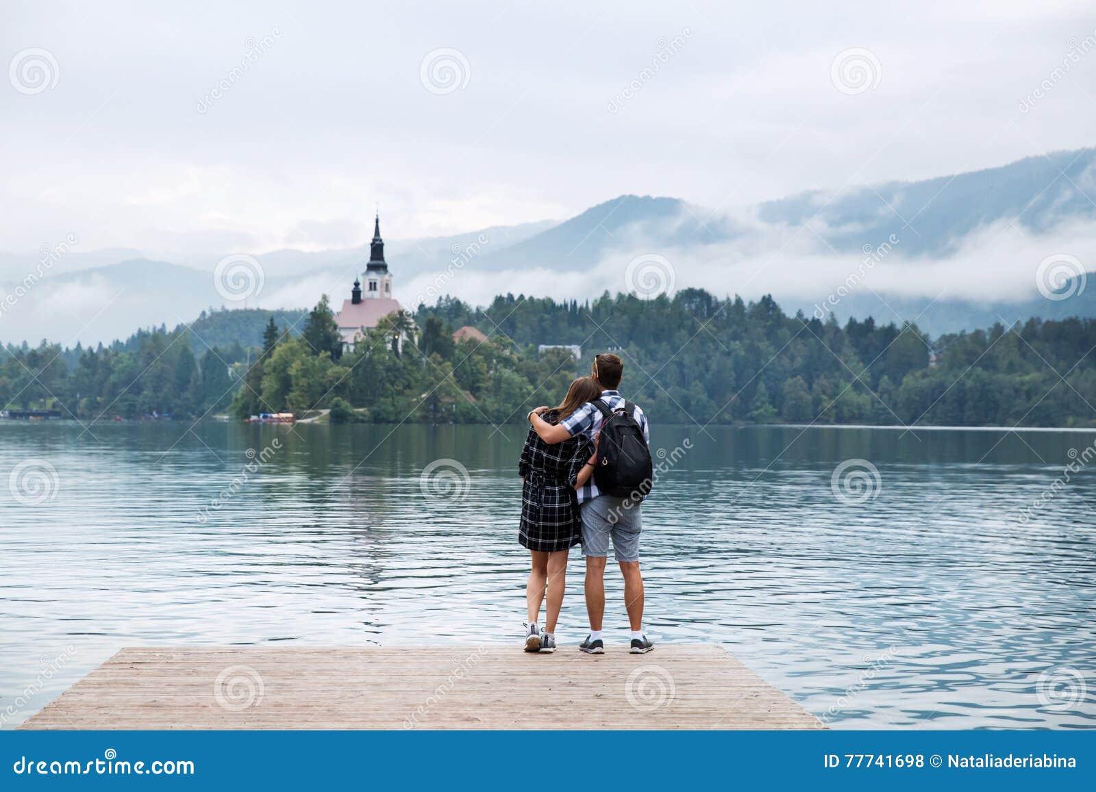 游人年轻夫妇爱的在布莱德湖,斯洛文尼亚
