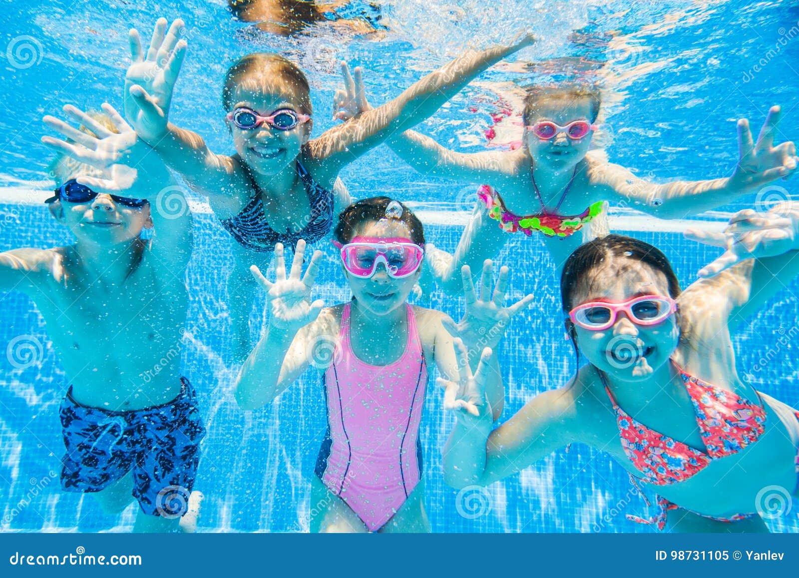游泳在水池的小孩在水面下