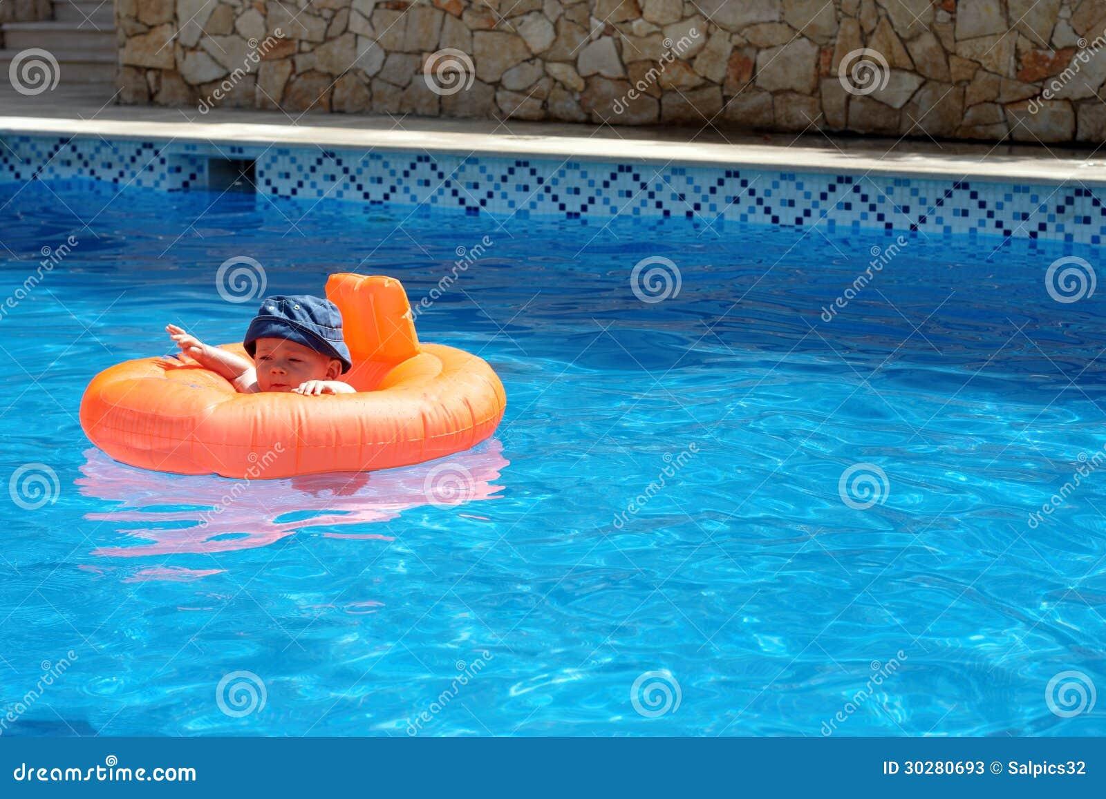 水池的一个婴孩