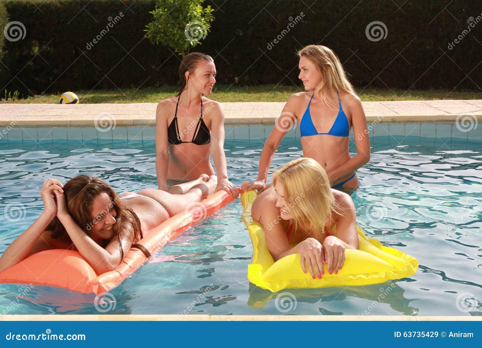 游泳池的女孩