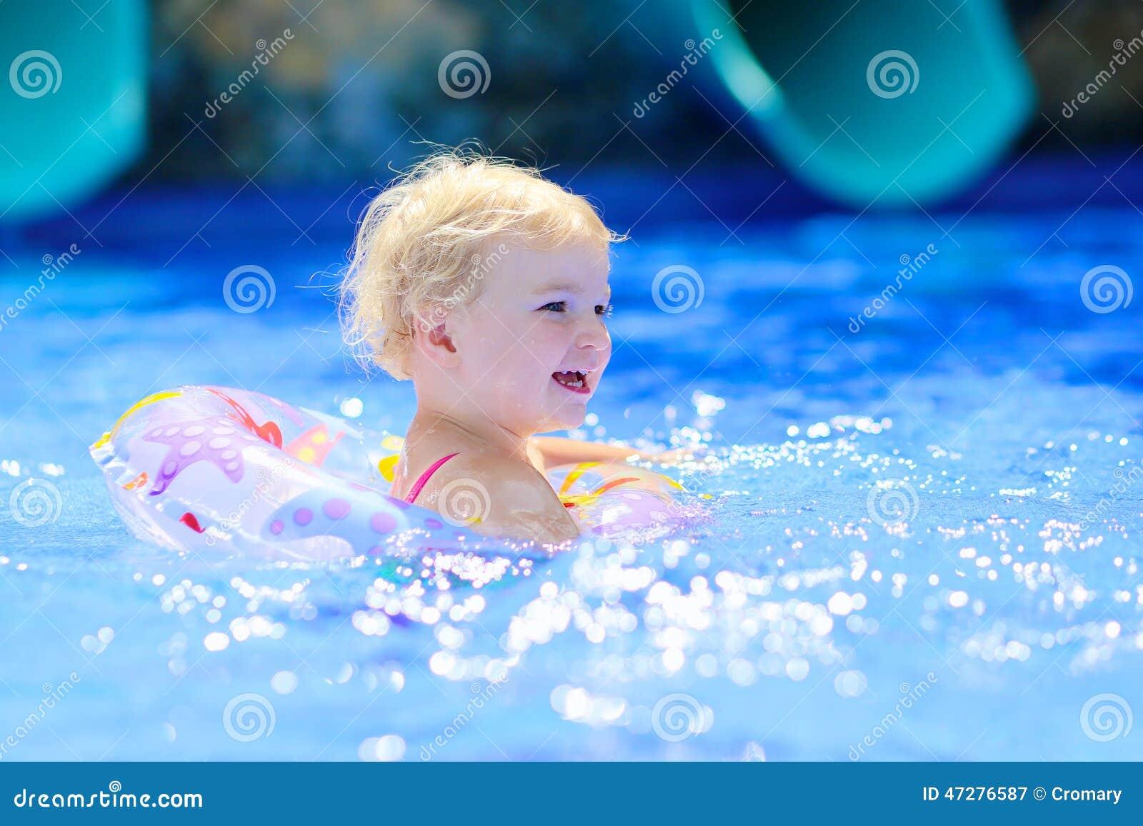 游泳池的微笑的小女孩