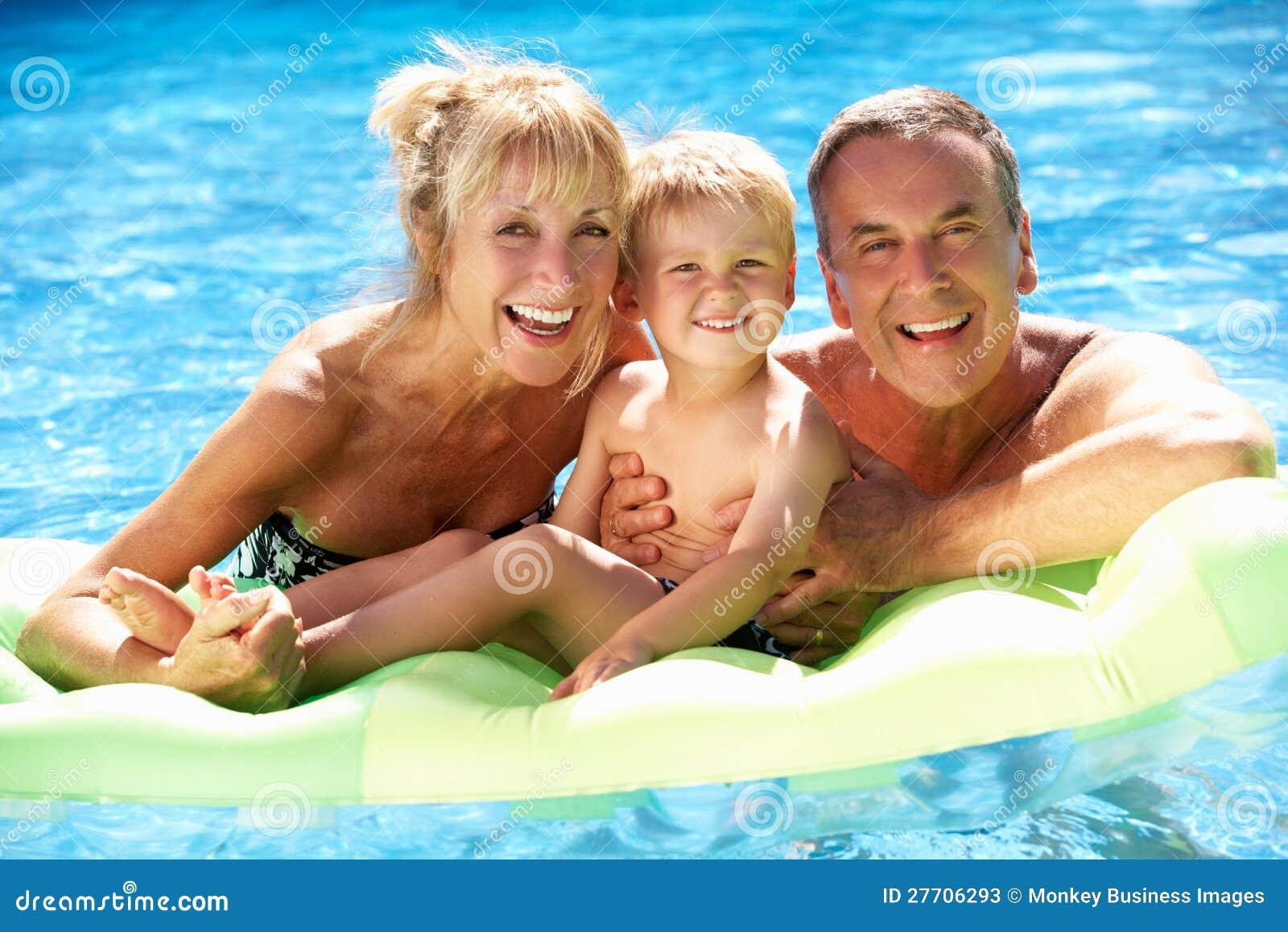 游泳池的祖父项和孙子