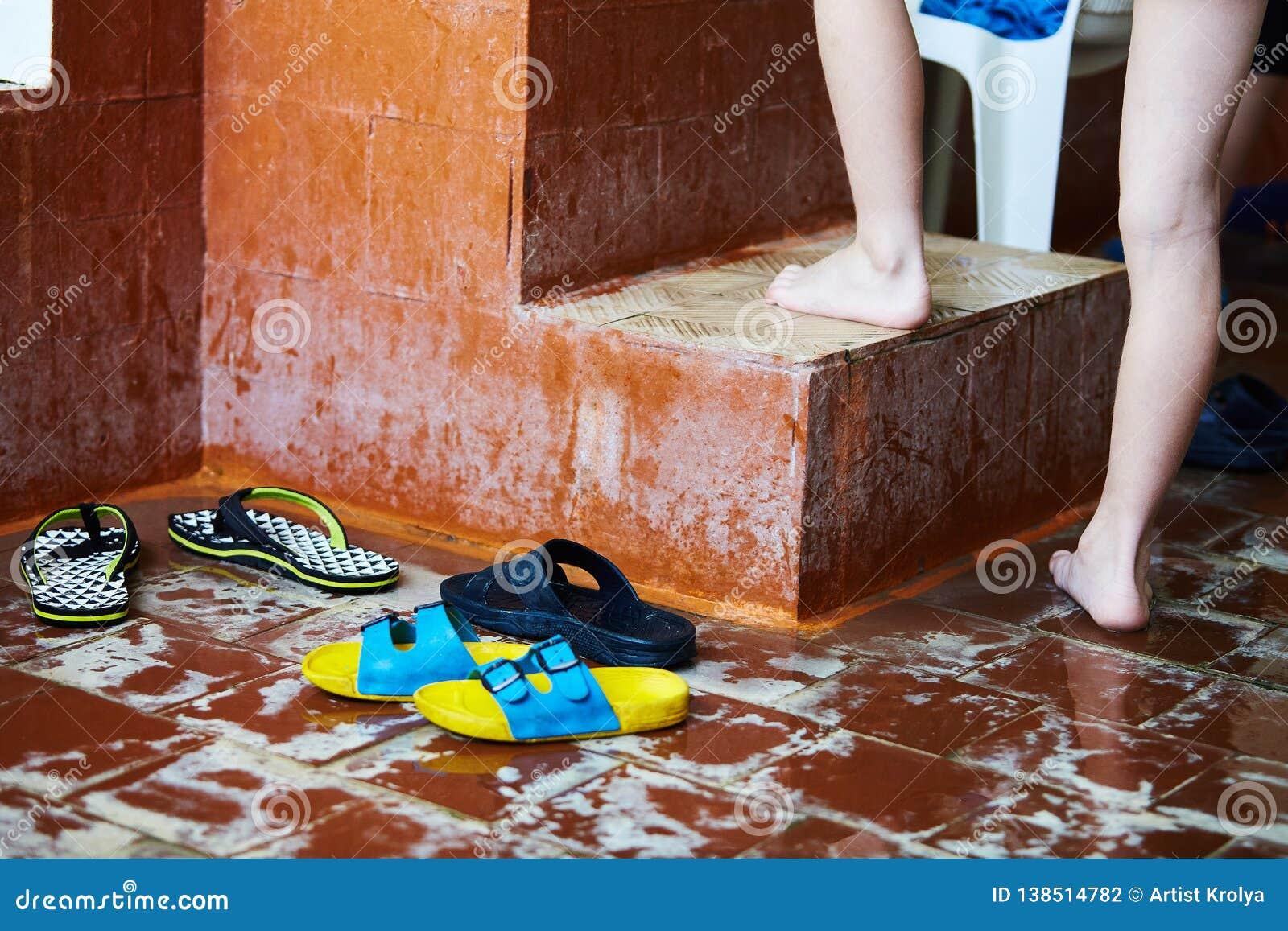 游泳自由式的孩子在游泳的教训