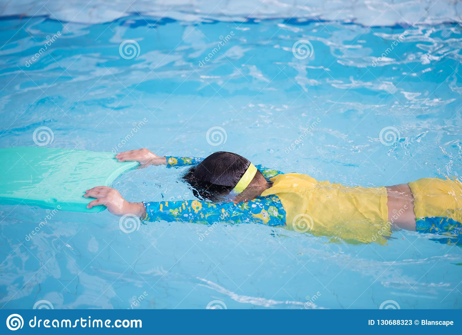 游泳通过漂浮的儿童实践泡沫