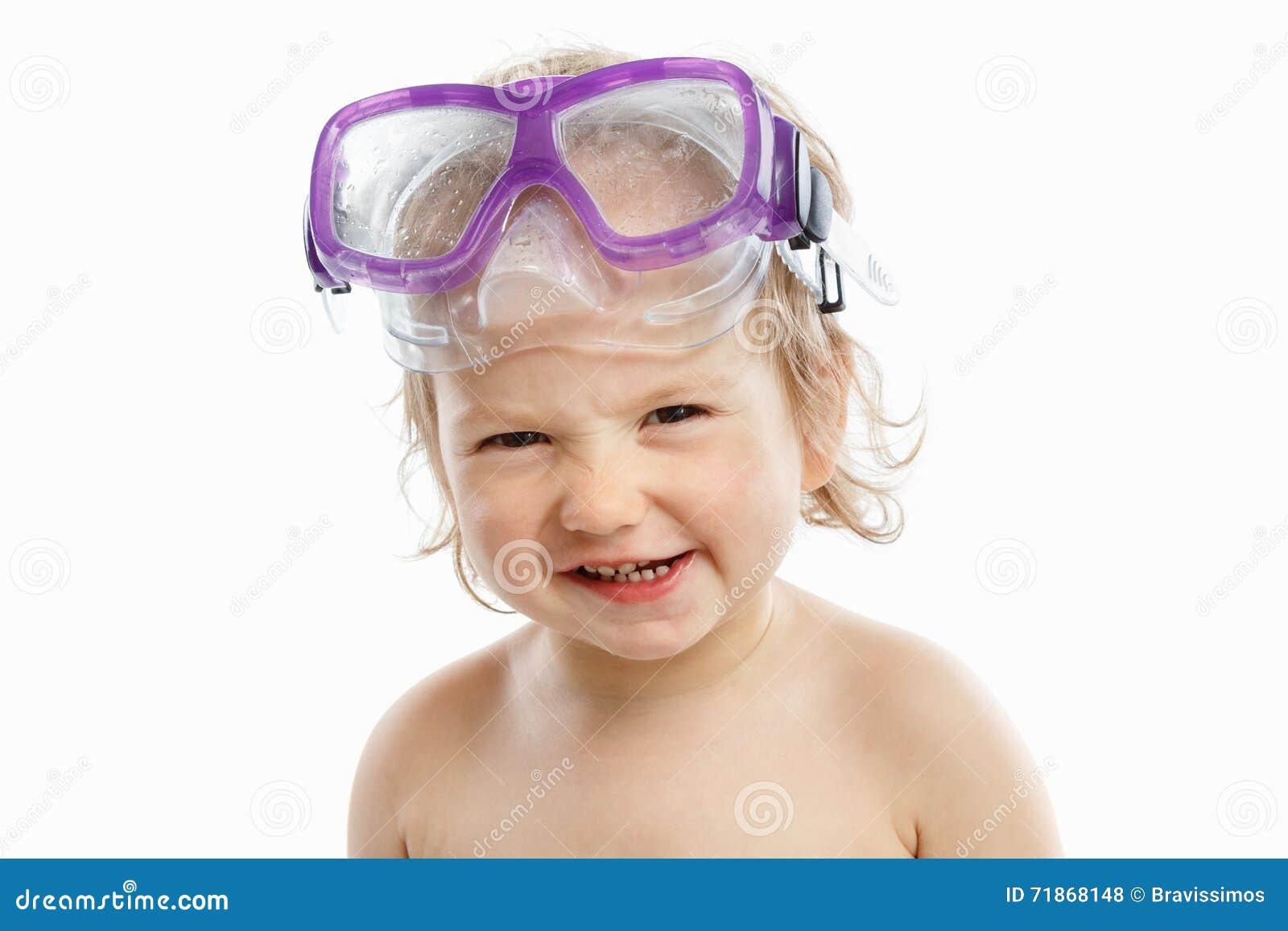 游泳面具的小潜水者与一张愉快的面孔特写镜头画象,在白色