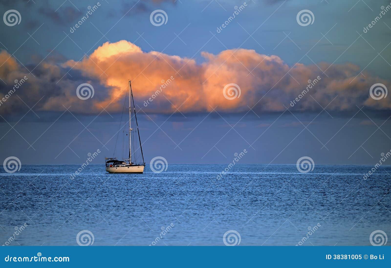 游艇、海和云彩