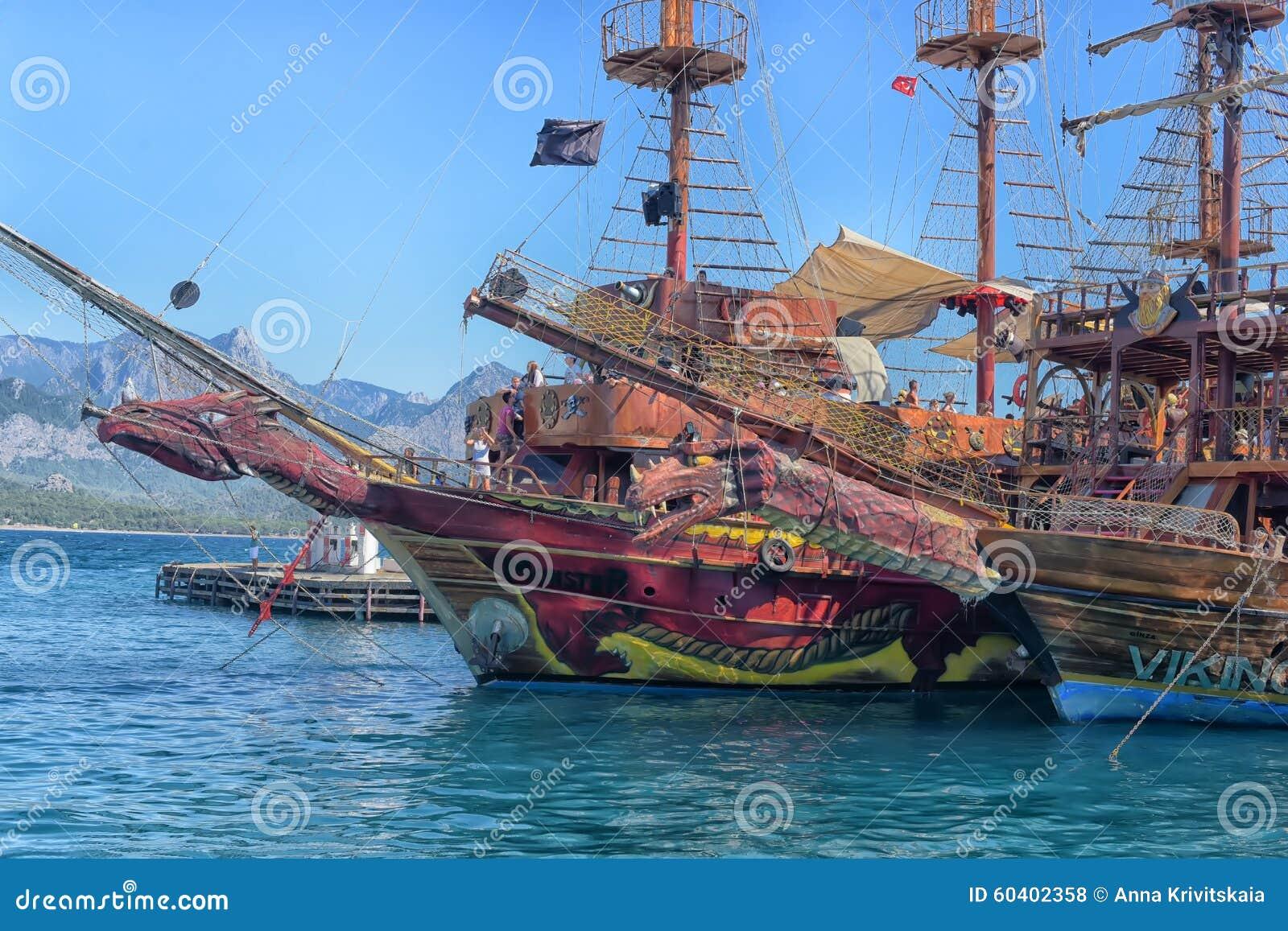 游艇和在口岸停住的帆船