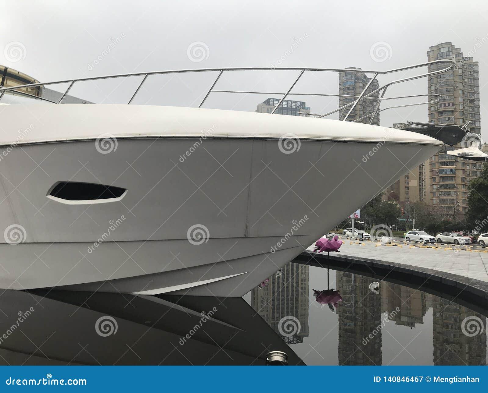 游艇在正方形被安置了作为装饰品
