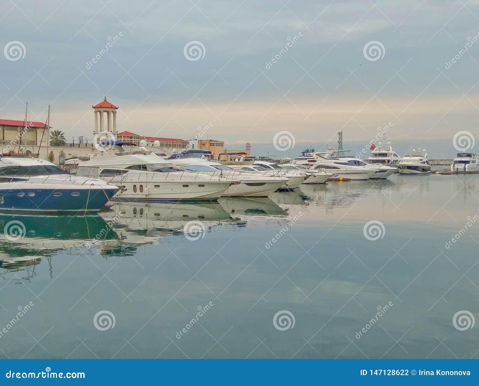 游艇在海港索契在一阴天
