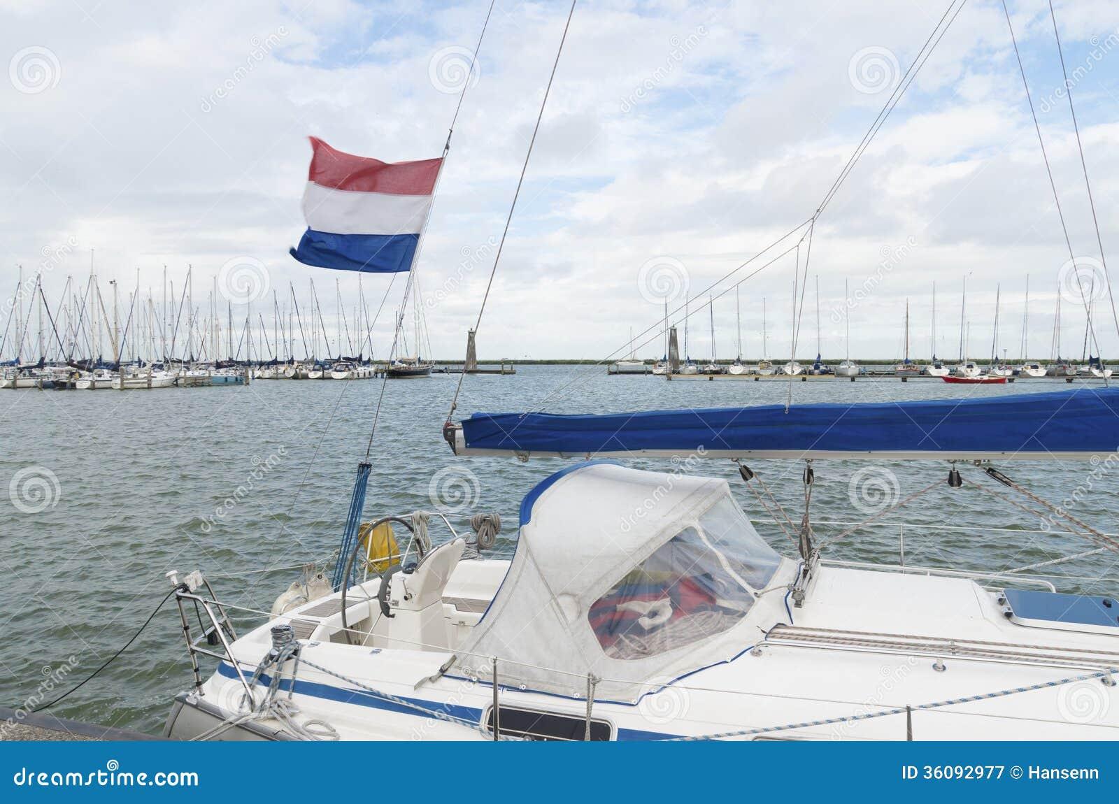 游艇在港口