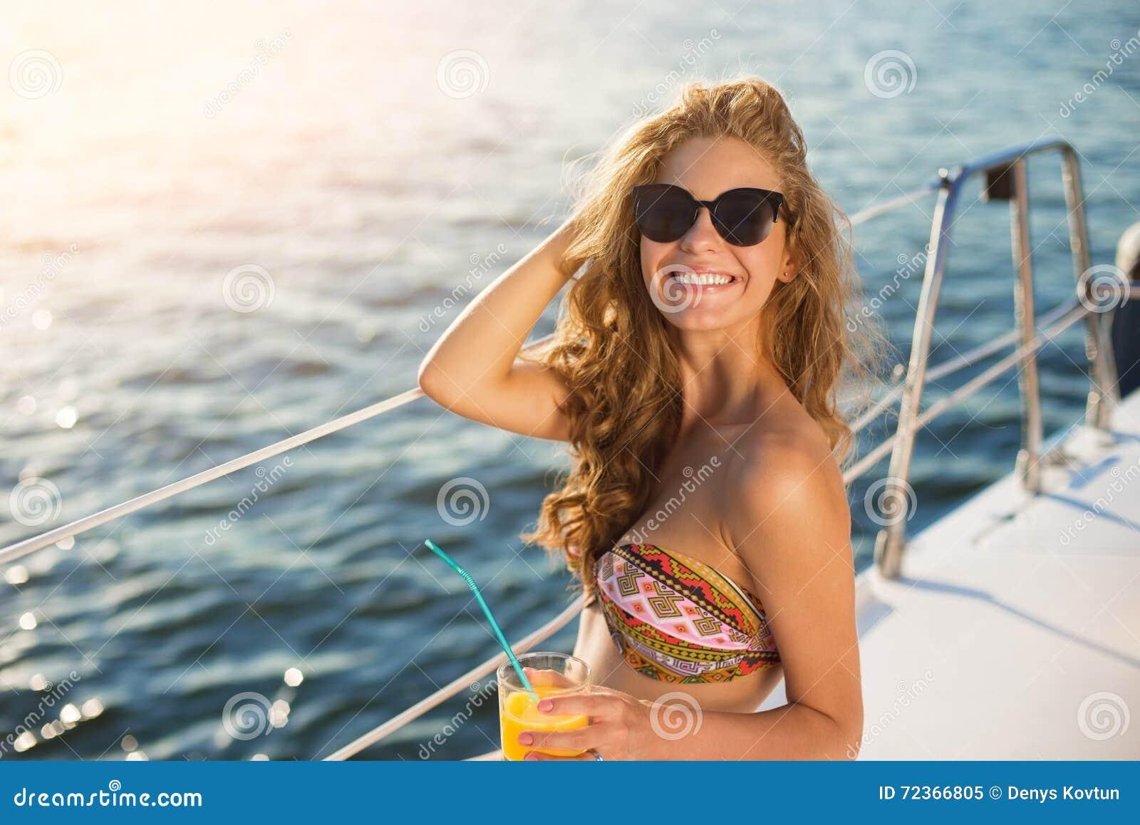 游艇的微笑的女孩
