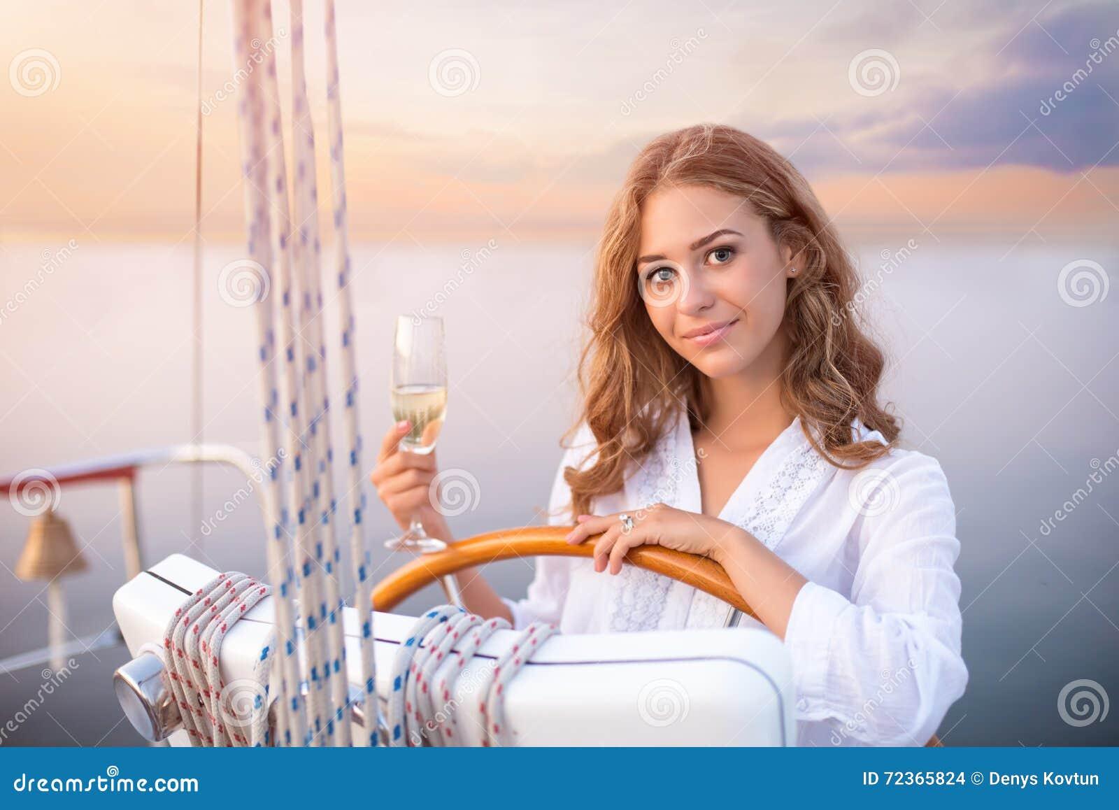 游艇轮子的微笑的女孩
