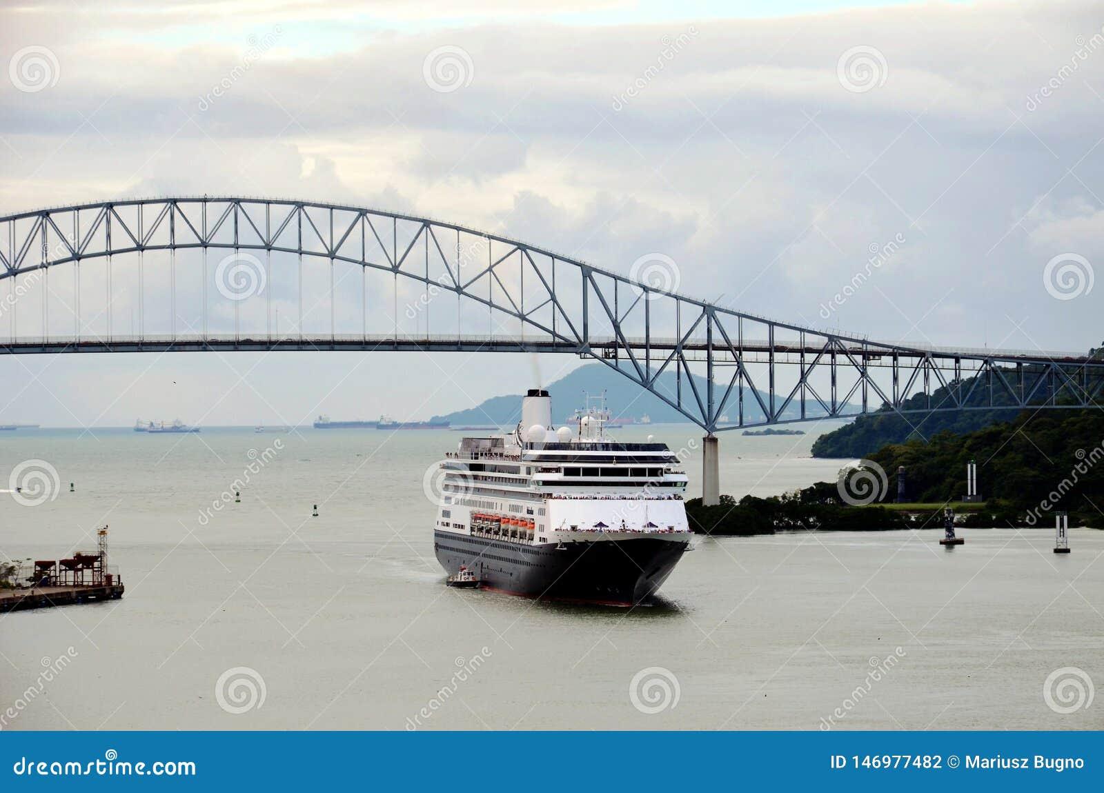 游轮到达的巴拿马运河