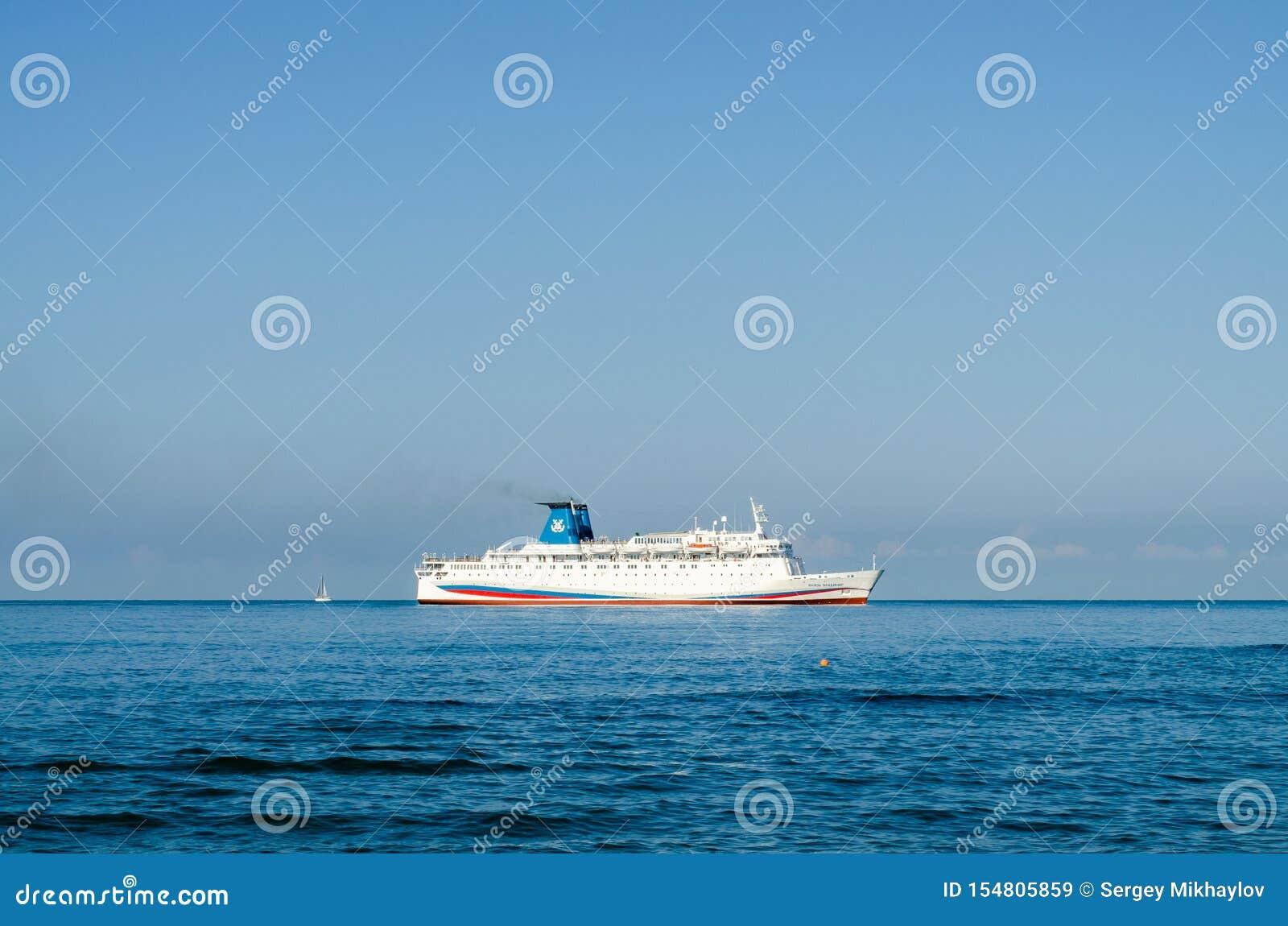 游轮有后边游艇的Knyaz弗拉基米尔