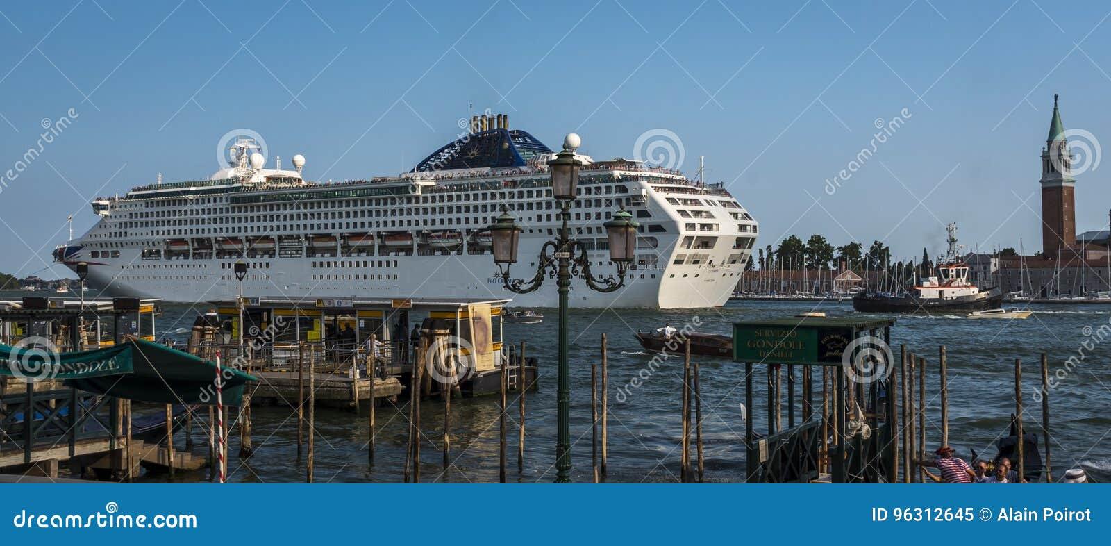 游轮航行通过Giudecca运河在威尼斯,意大利