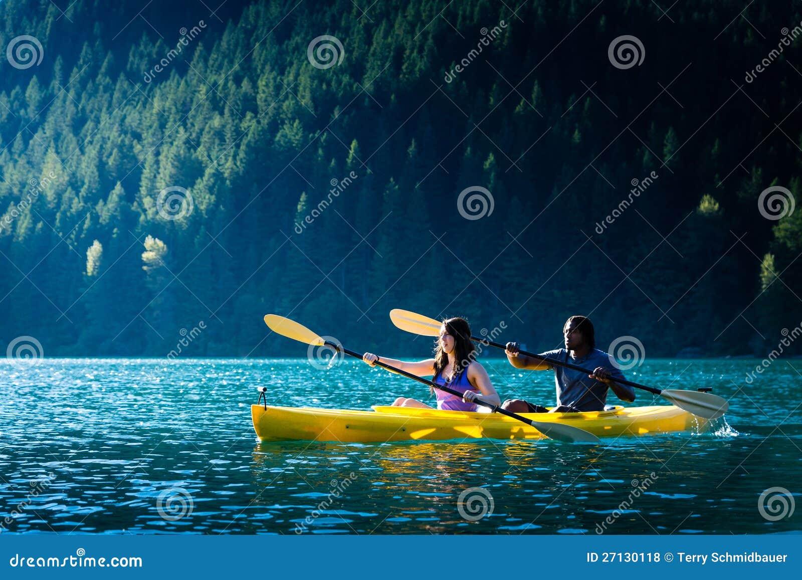 湖划皮船的夫妇