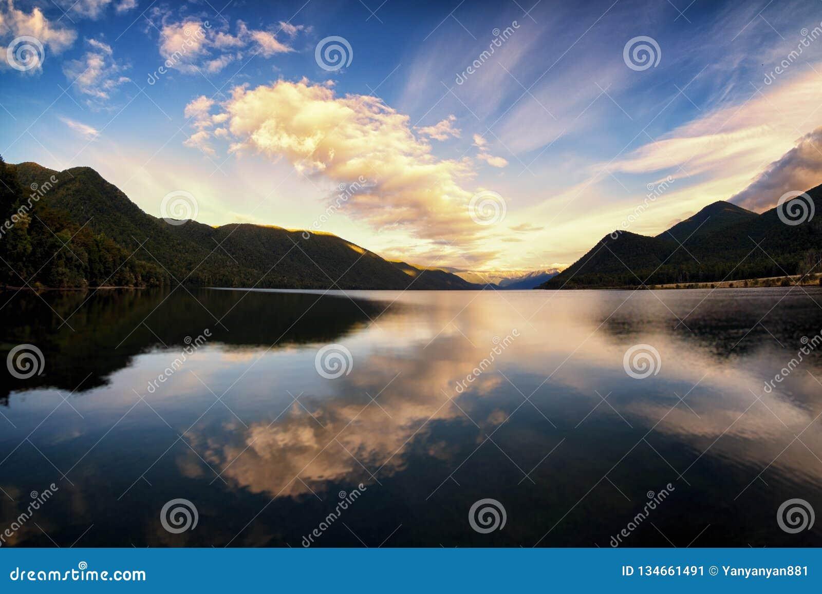 湖和剧烈的云彩的平安和镇定的图象