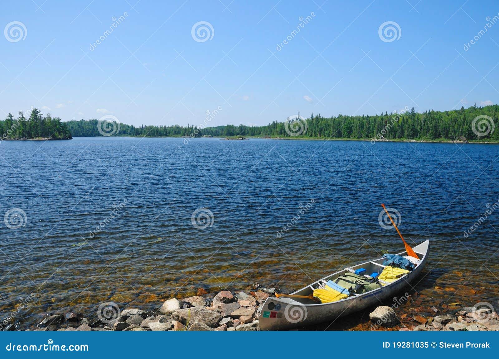 湖岸独木舟