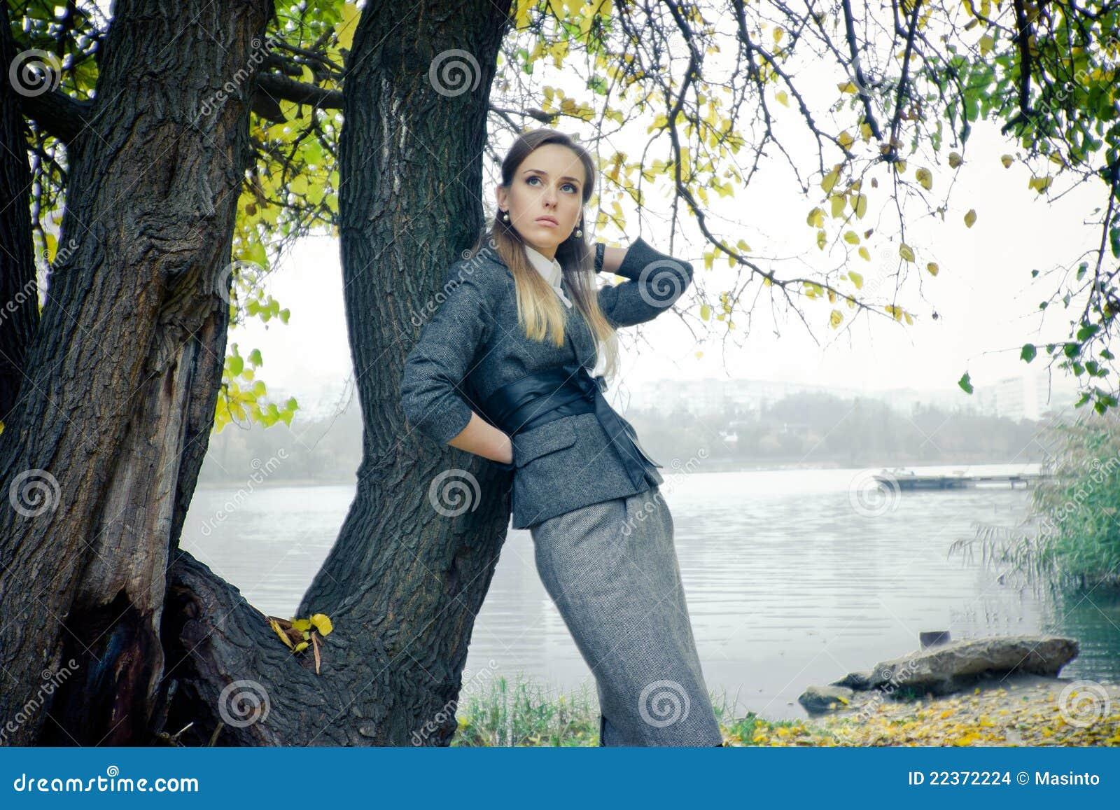 湖的美丽的女孩